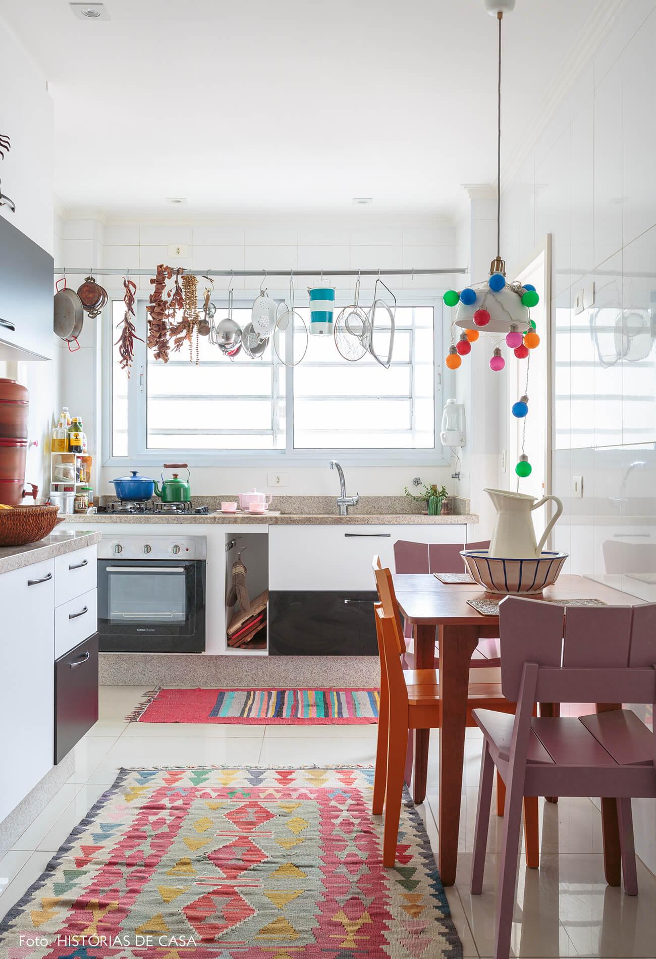 decoração cozinha colorida com tapete estampado e cadeira rosa