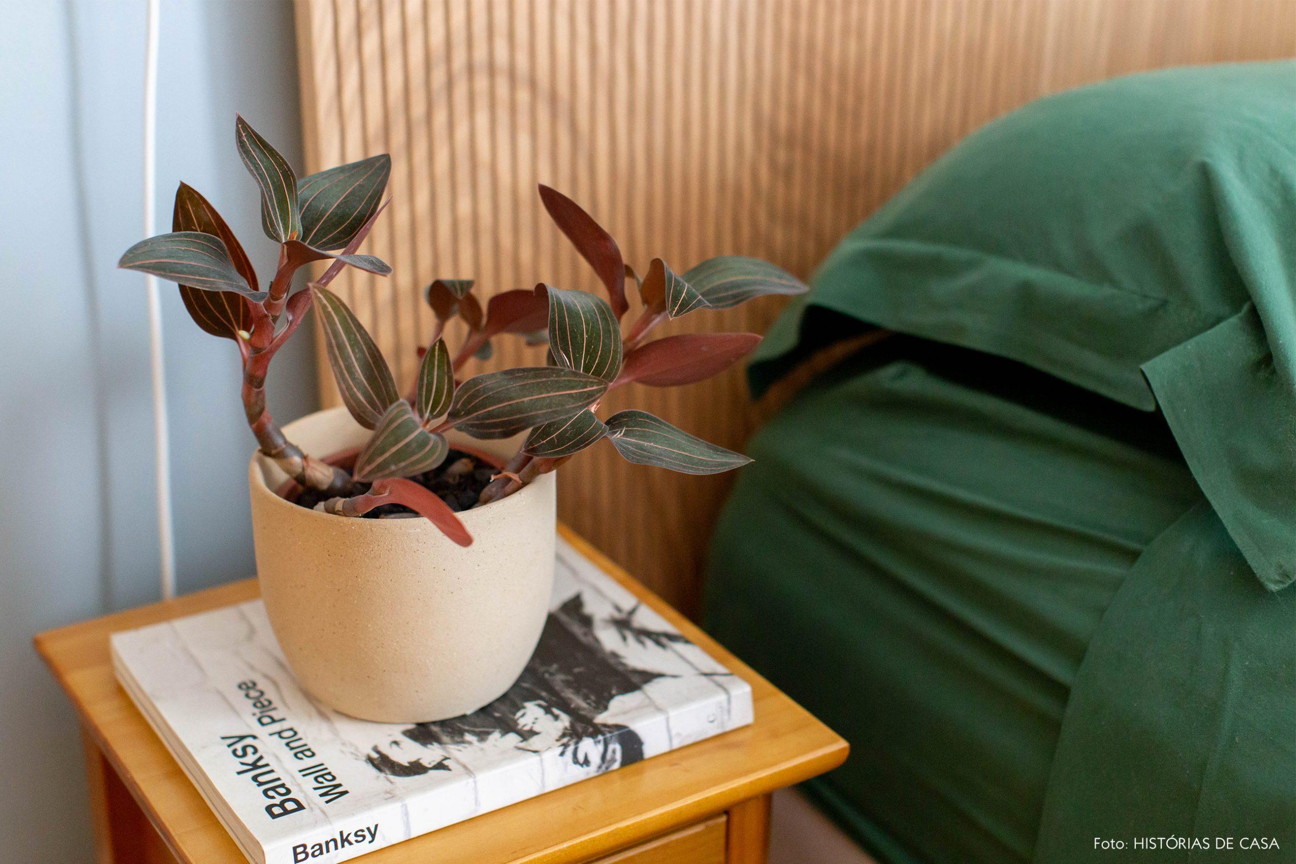decoração vaso creme em mesa de cabiceira de madeira clara