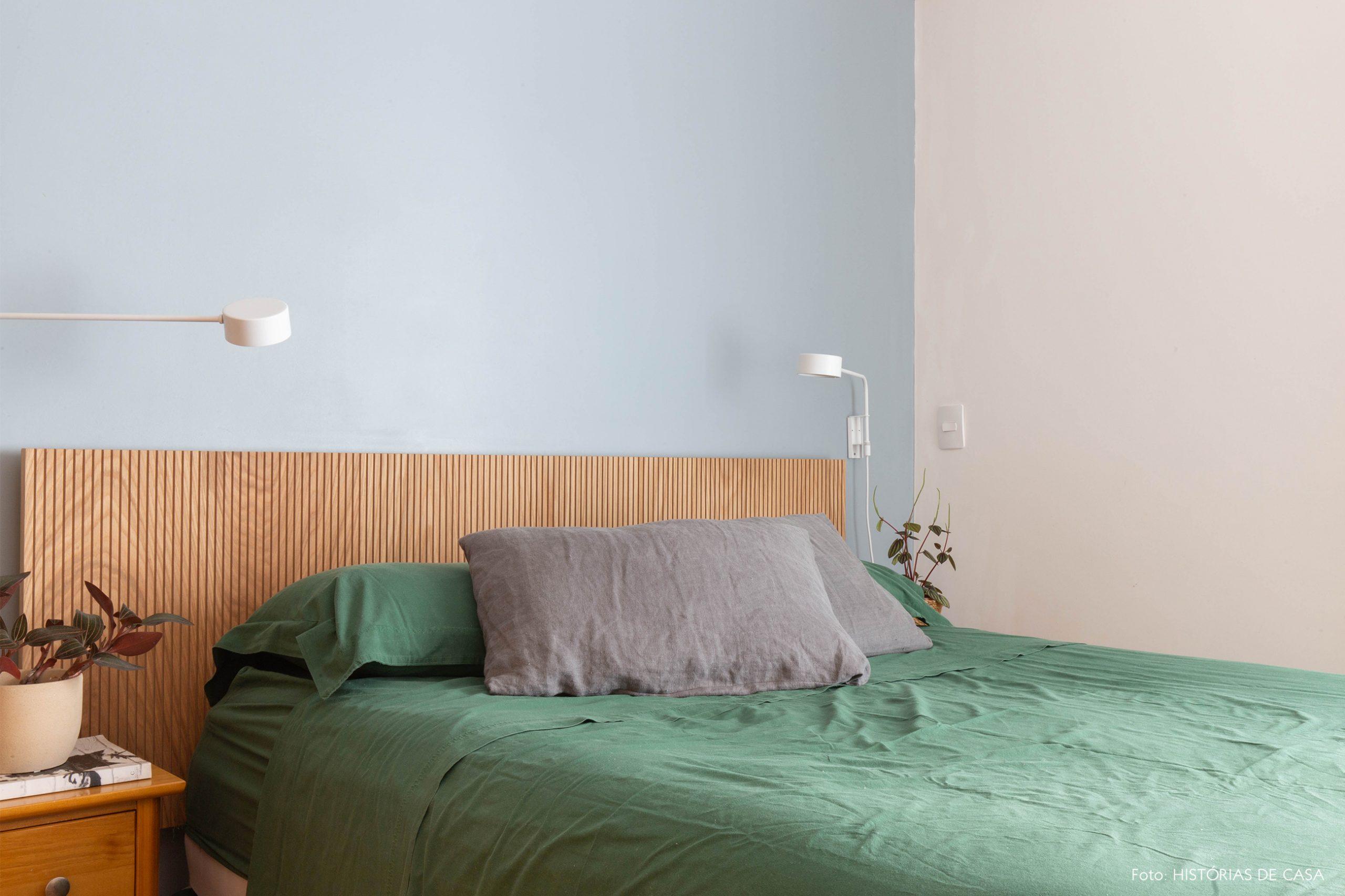 decoração quarto com parede azul e cabiceira de madeira clara