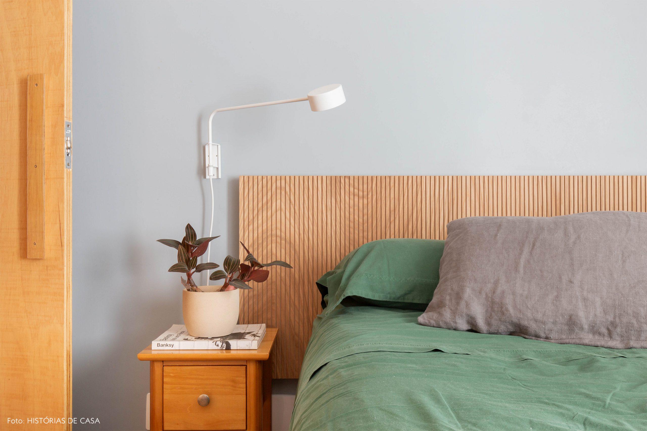 decoração quarto com parede cinza e cabiceira de madeira clara