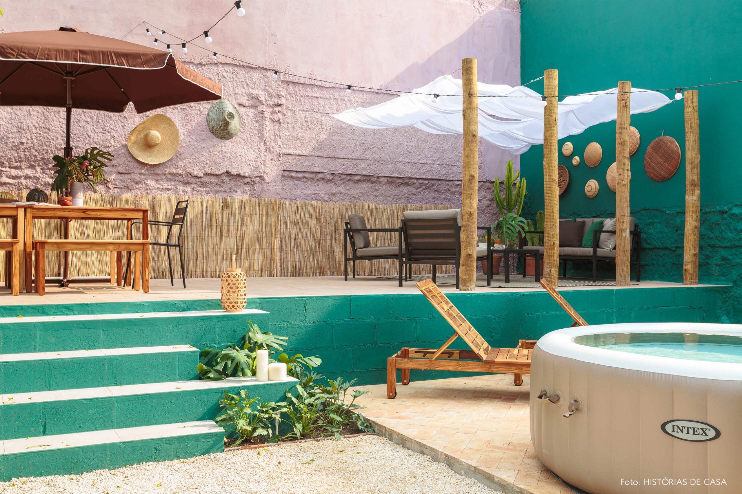 decoração antes e depois jardim leroy merlin parede verde e rosa com ofuro e moveis de madeira