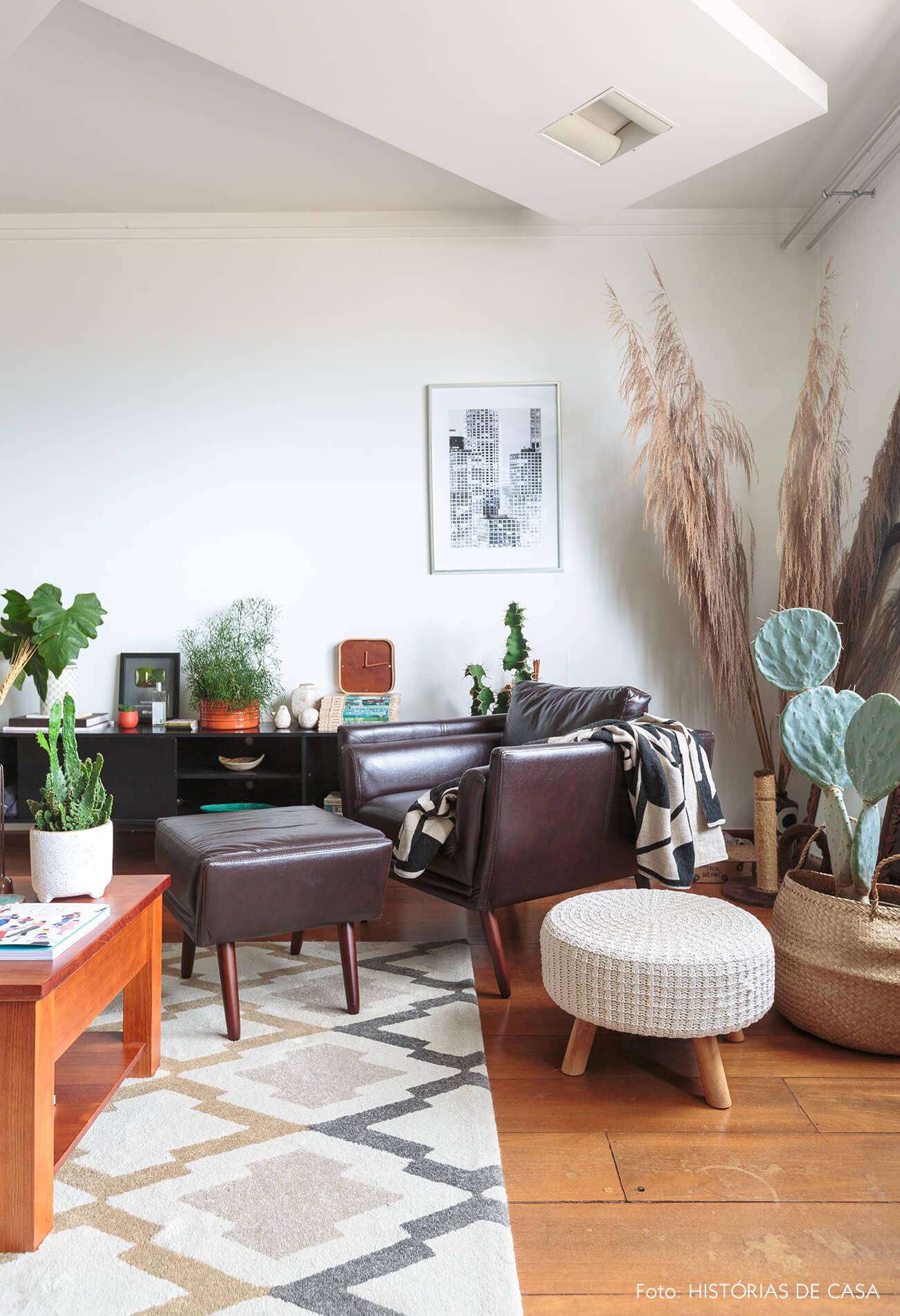 decoração sala com poltrona de couro cestos e pufe