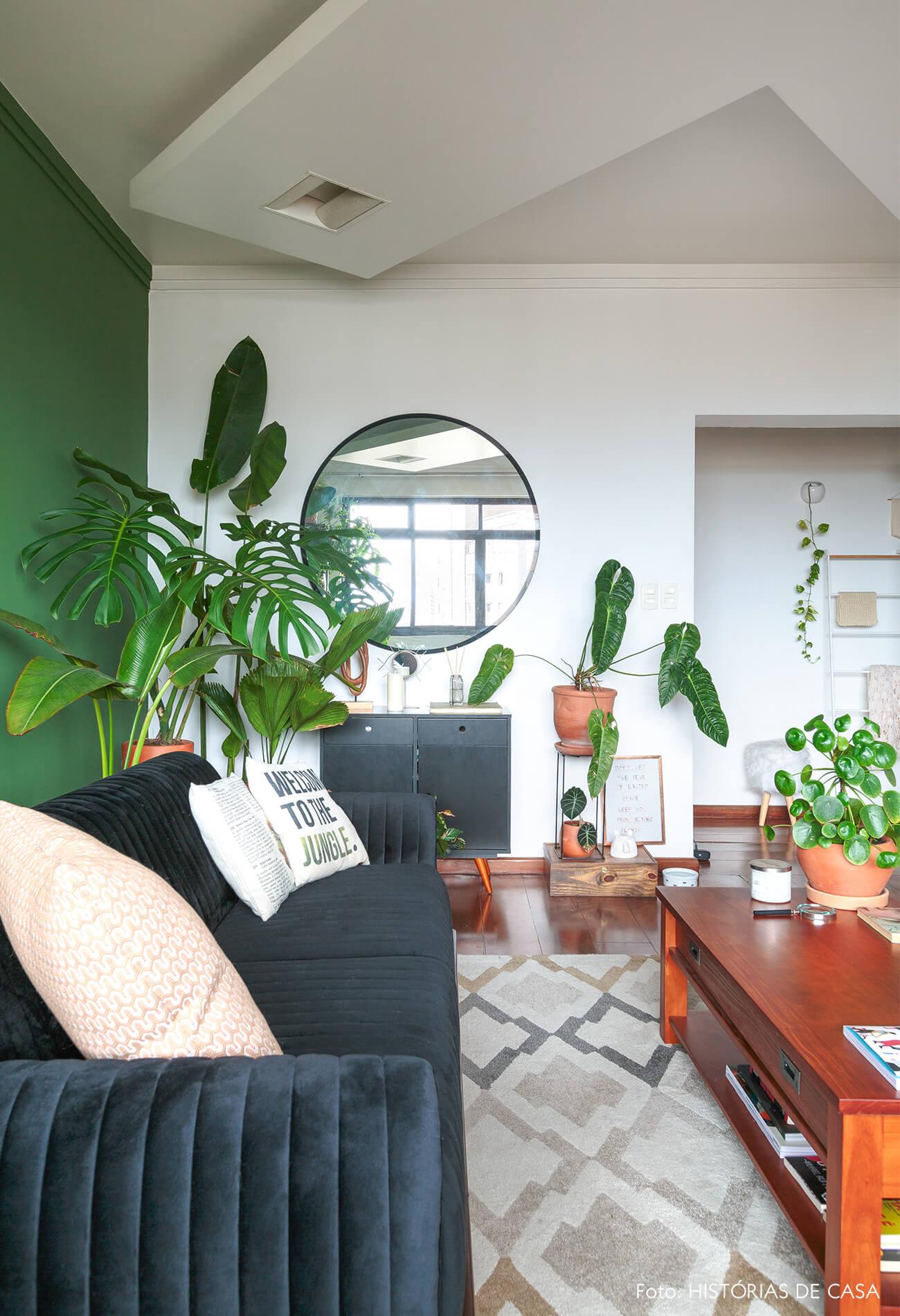 decoração sala com parede verde e sofa preto