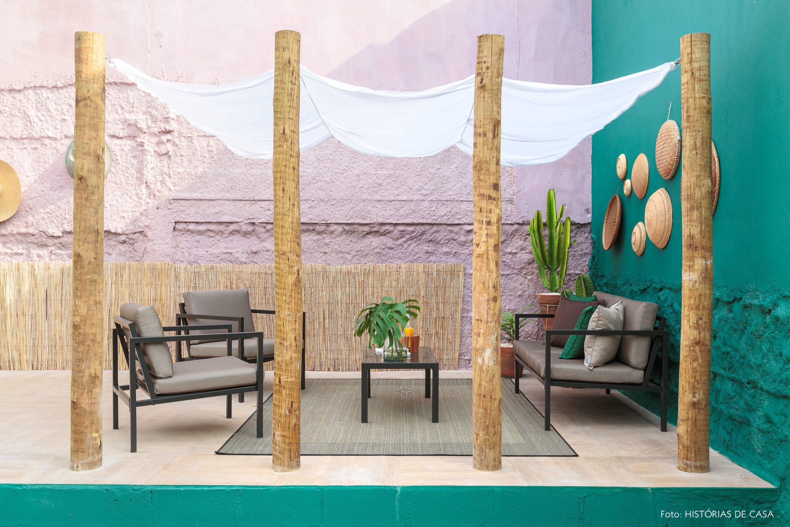decoração antes e depois jardim leroy merlin parede verde e rosa com colunas de madeira e moveis escuros