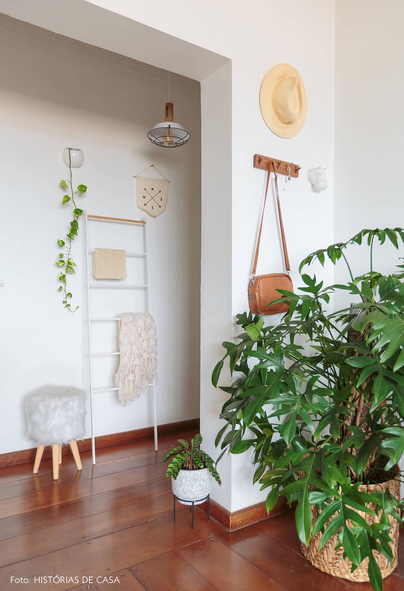 decoração sala com cesto e plantas