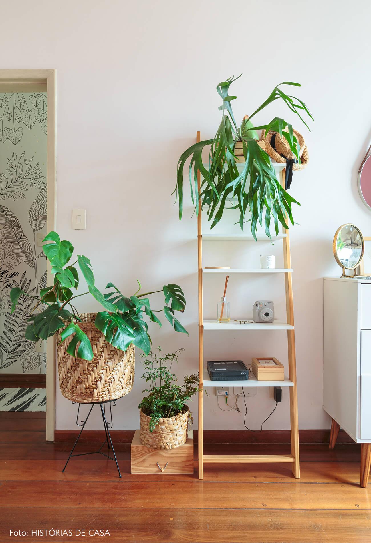 decoração sala com cestos e plantas