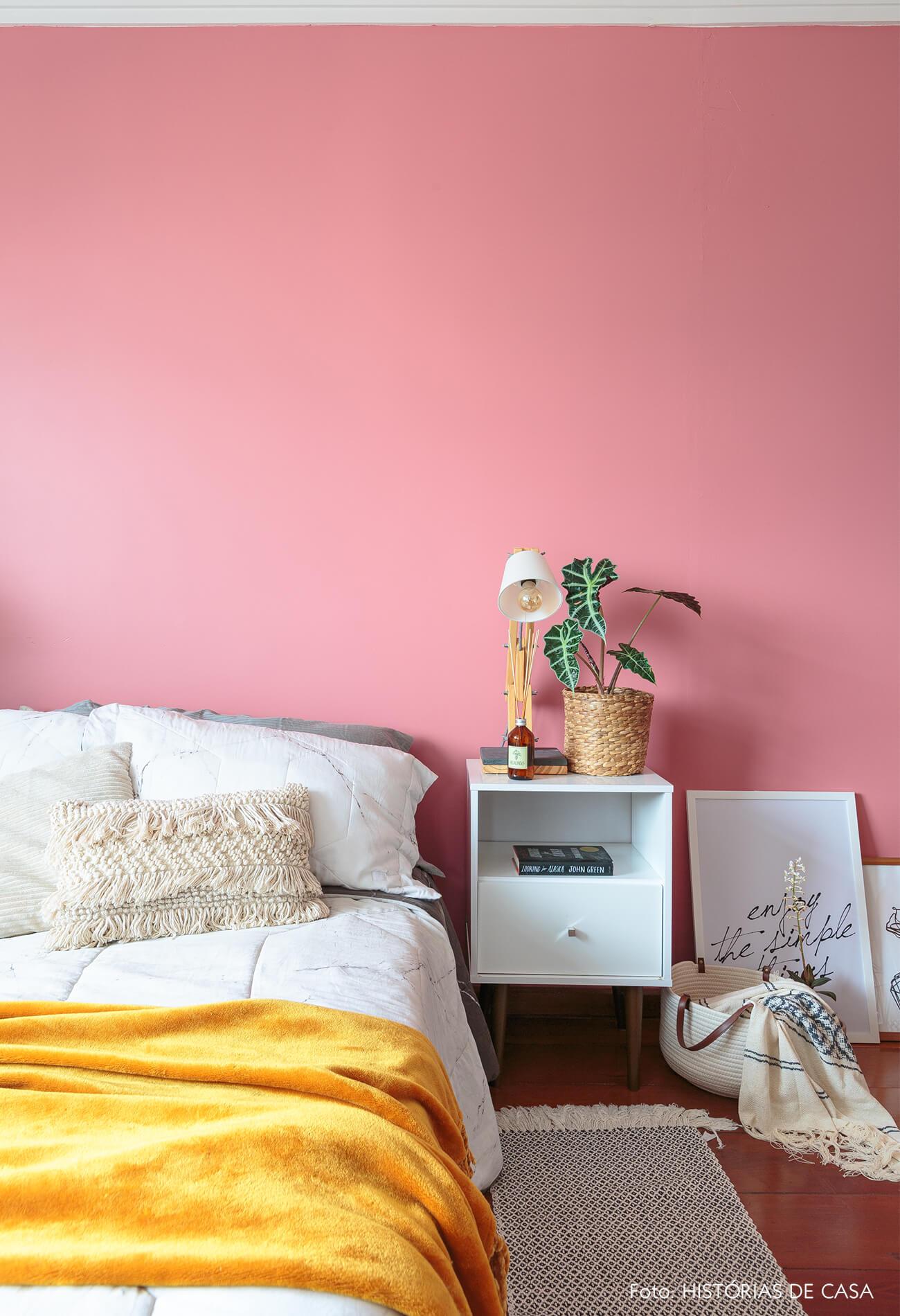 decoração quarto com parede rosa e mesa branca