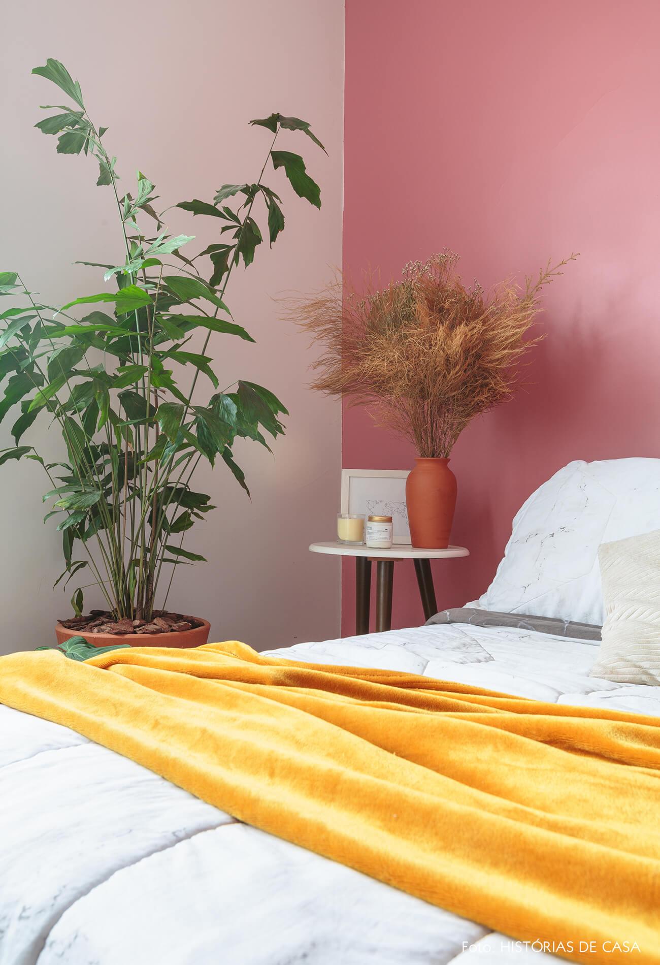 decoração quarto com parede rosa e plantas