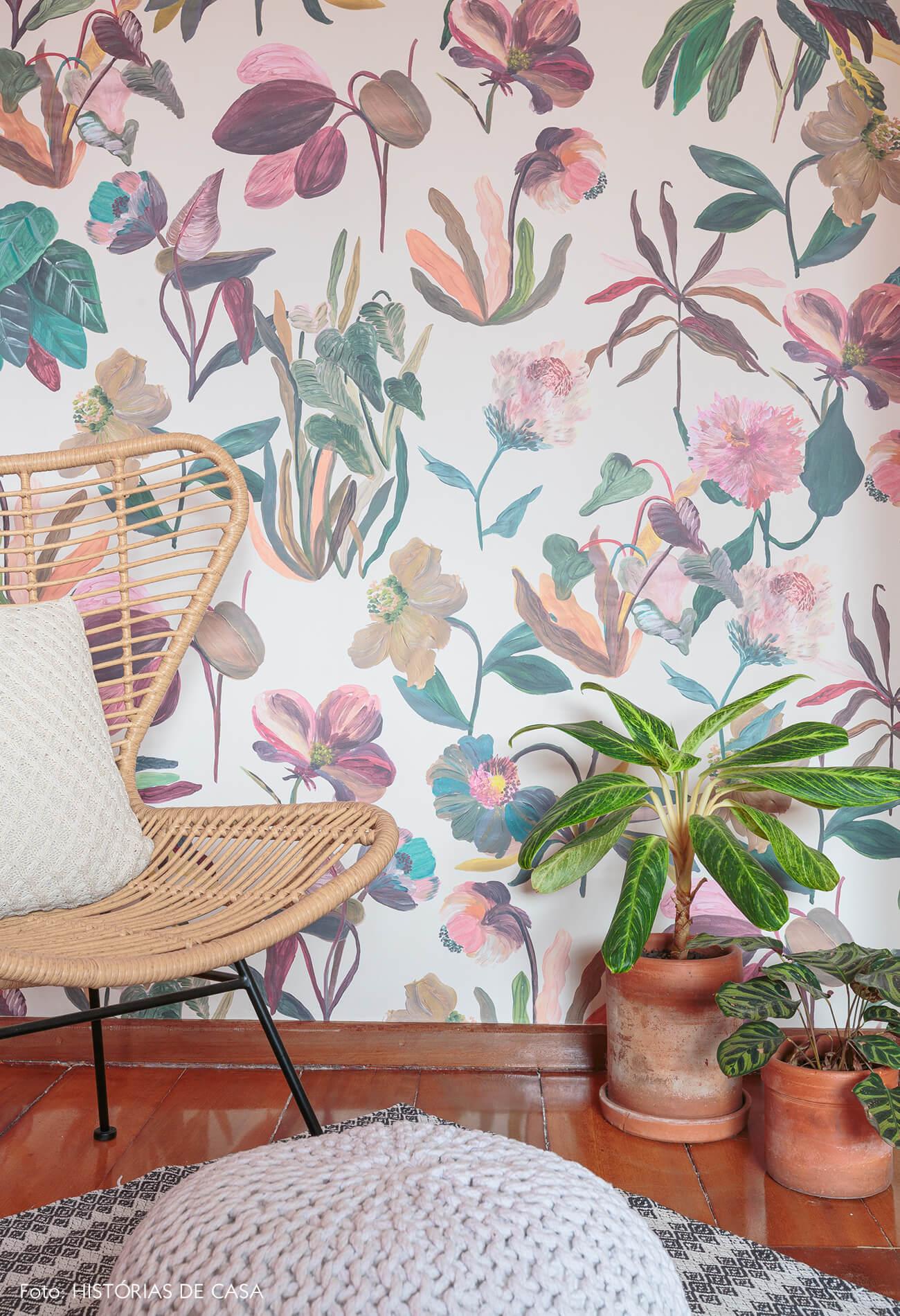 decoração quarto com papel de parede floral