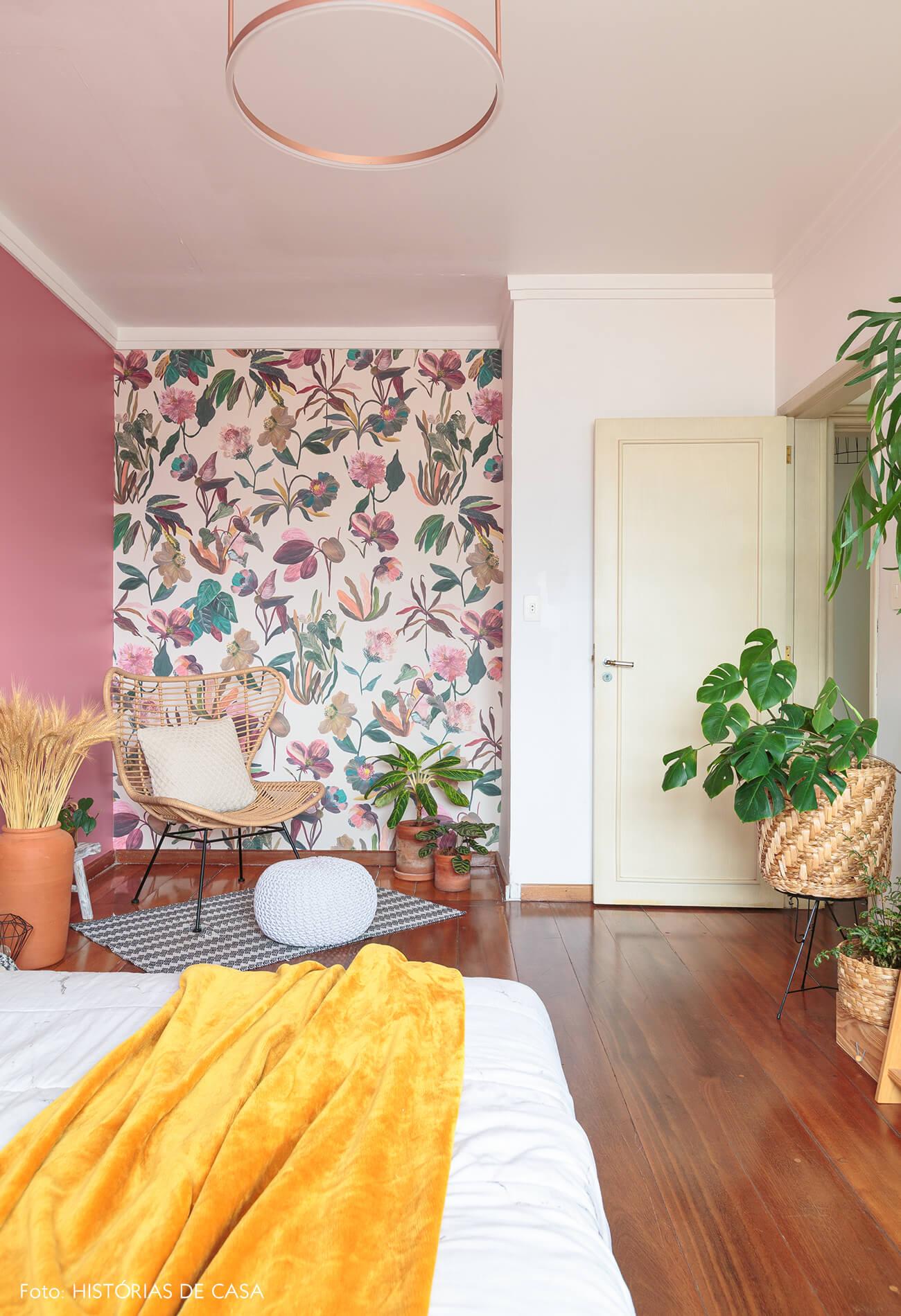 decoração quarto com parede rosa e papel de parede floral com cesto e plantas