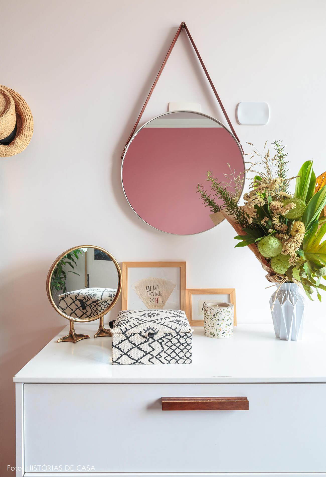 decoração armário branco e espelho redondo