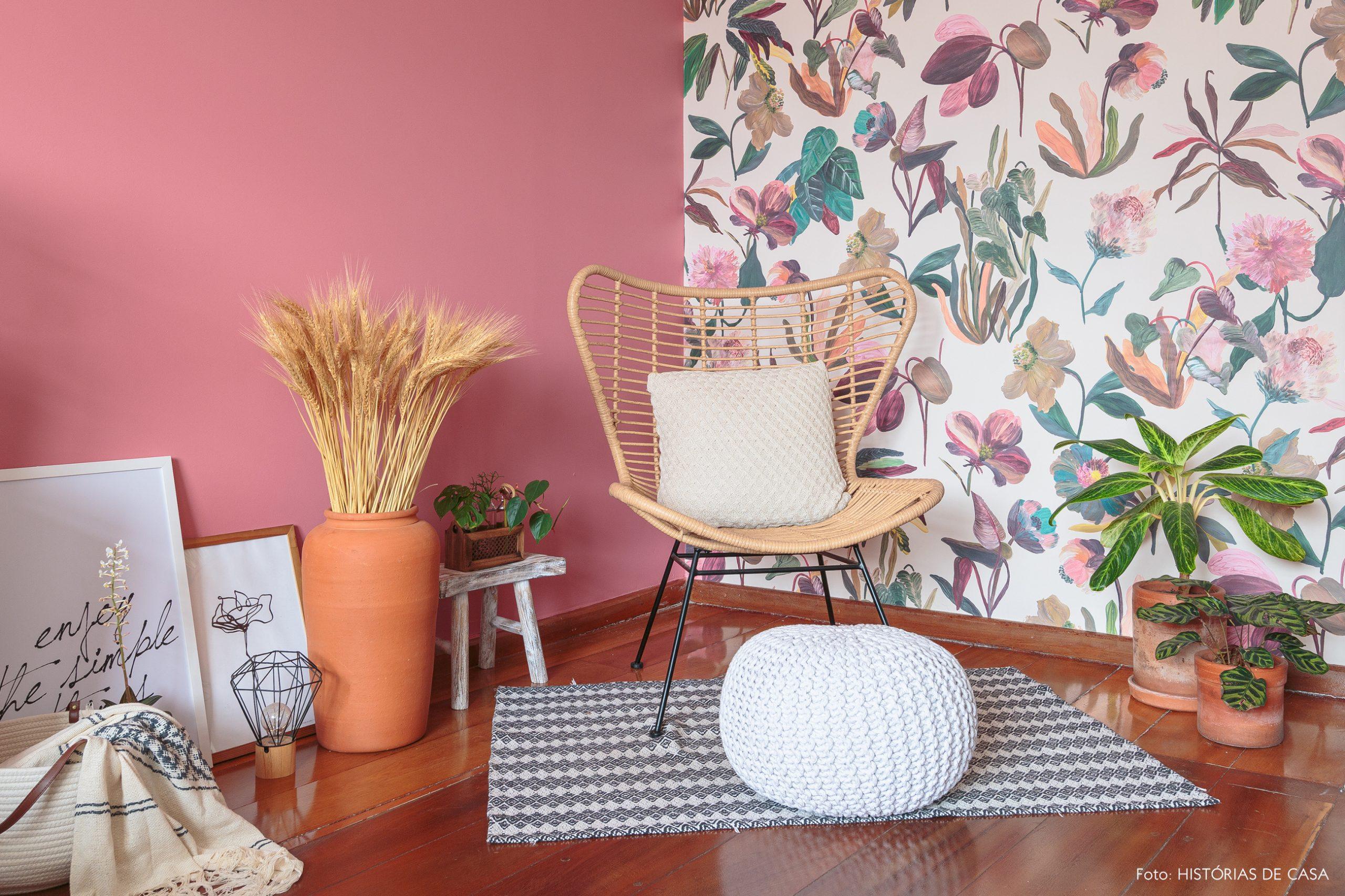 decoração quarto com parede rosa e papel de parede floral plantas e poltrona