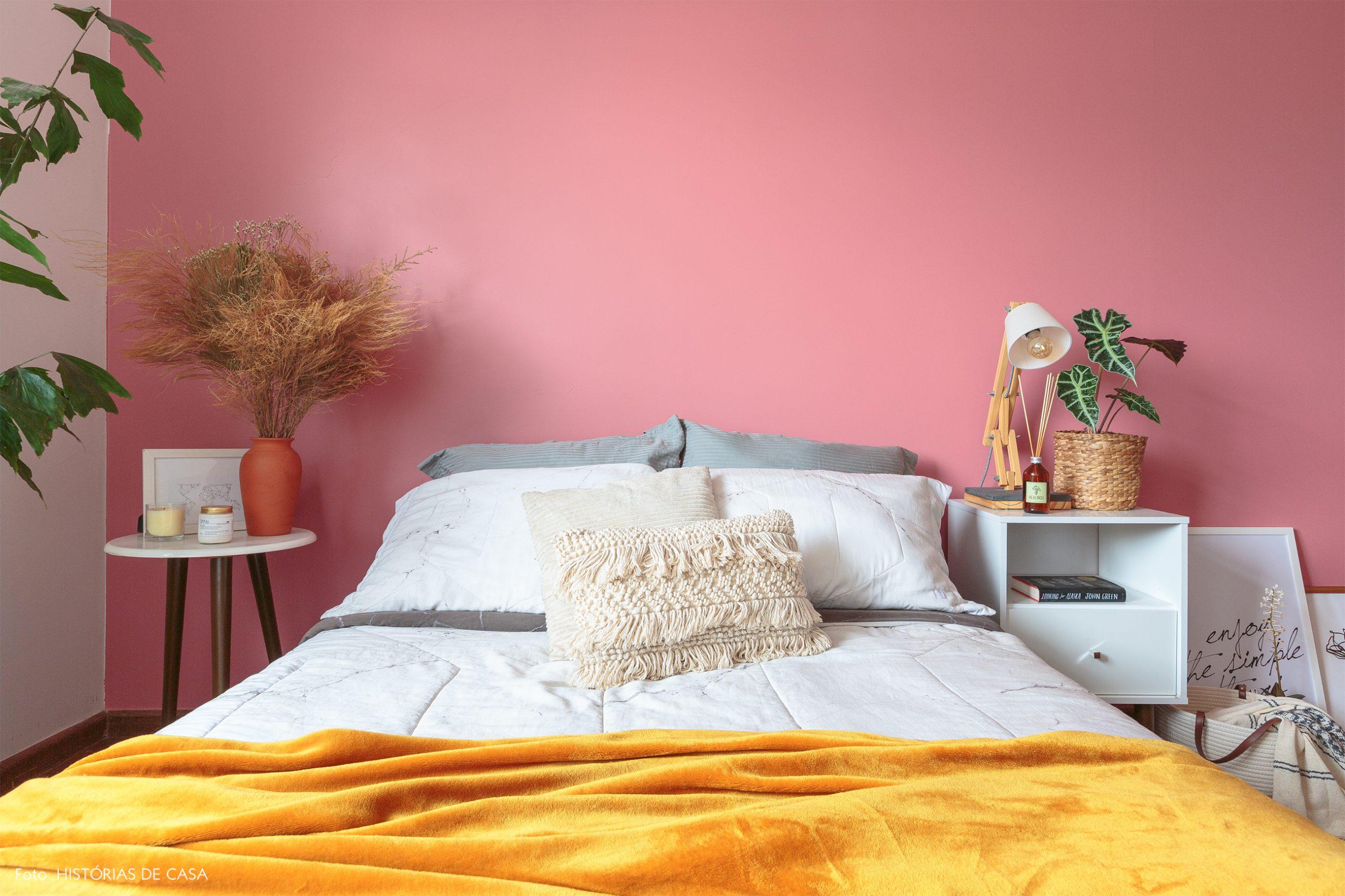 decoração quarto com parede rosa móveis brancos e cestos