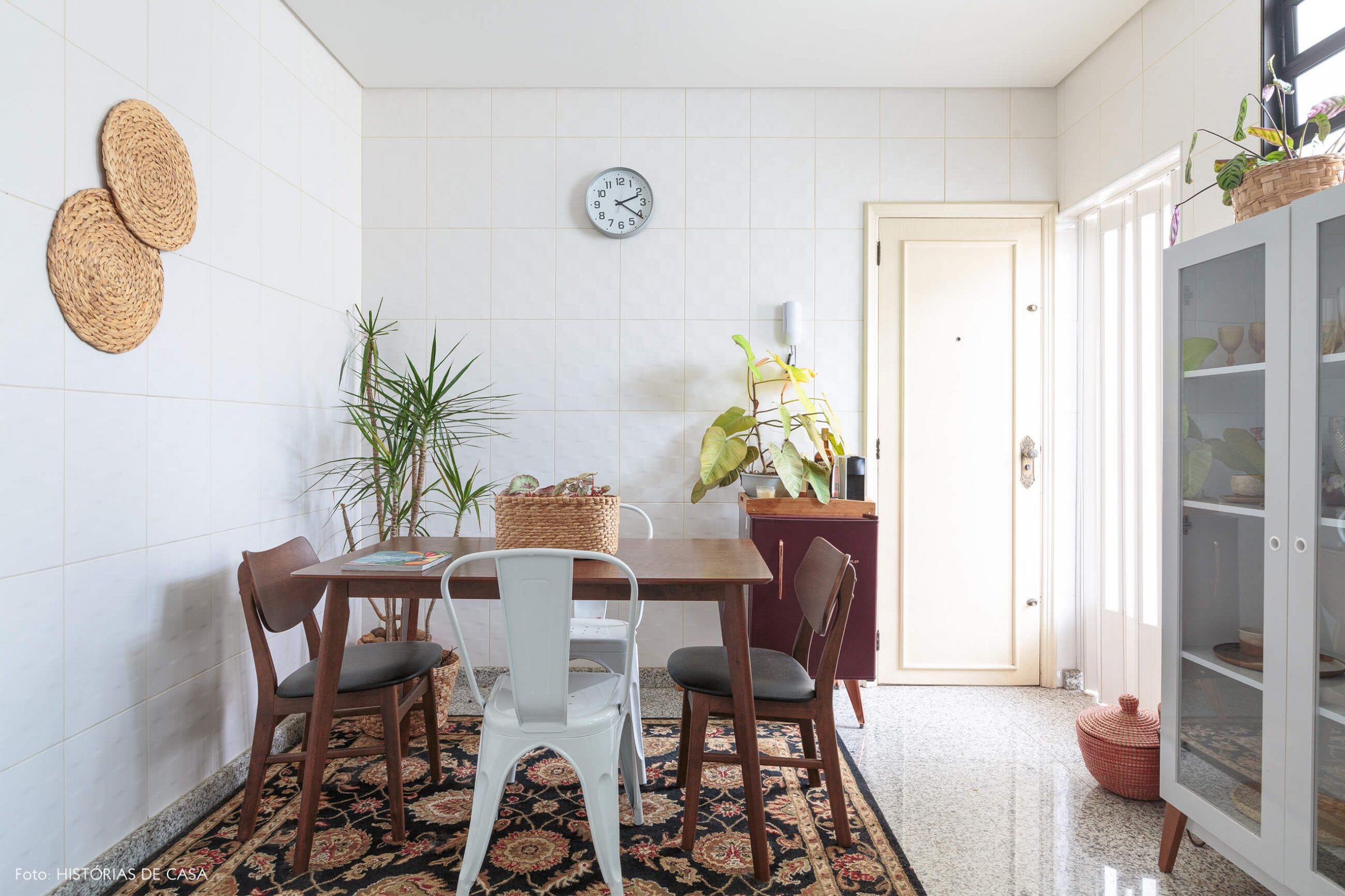 decoração cozinha com mesa de madeira escura, objeots palha e tapete estampado