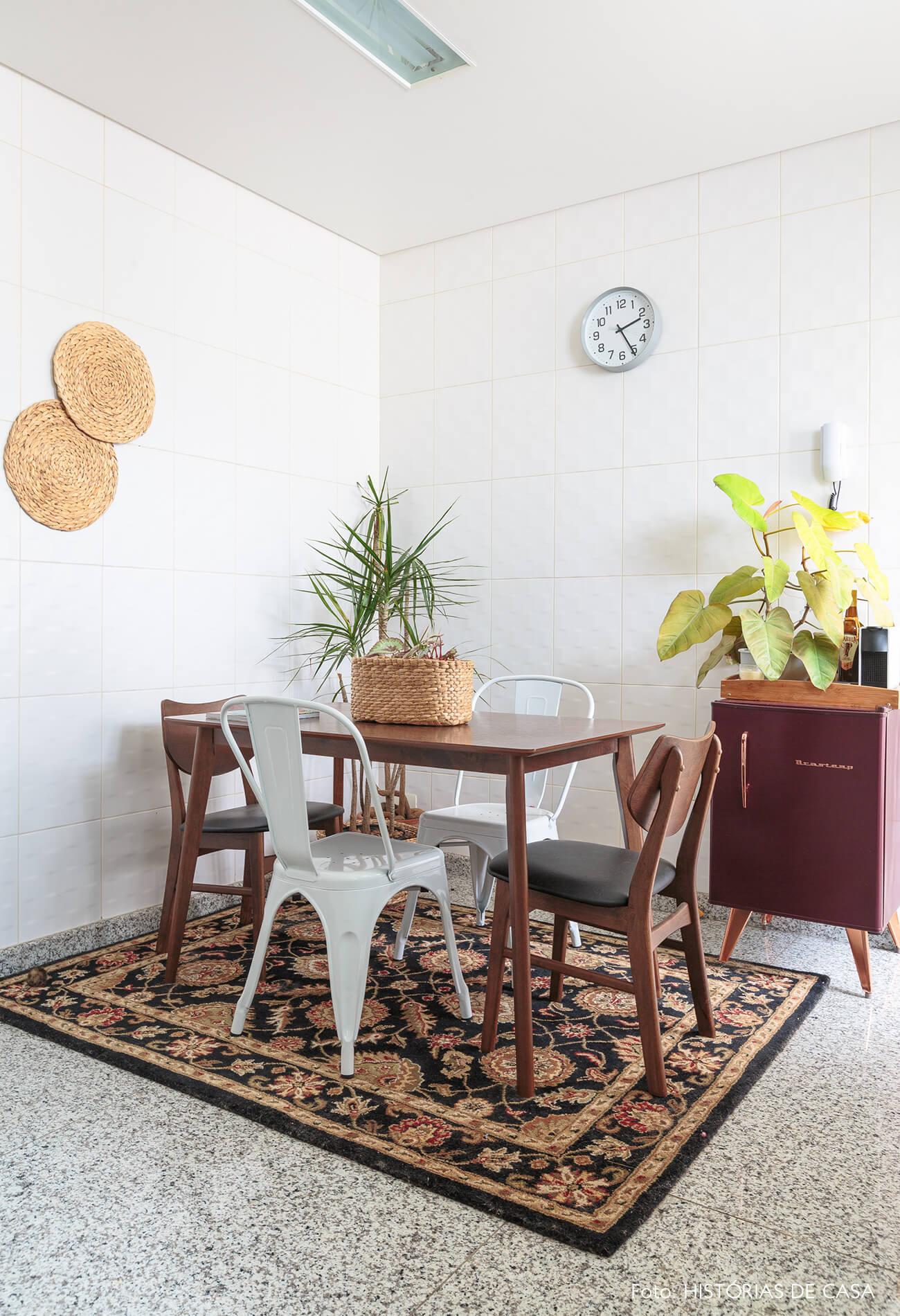decoração cozinha com mesa de madeira escura e tapete estampado