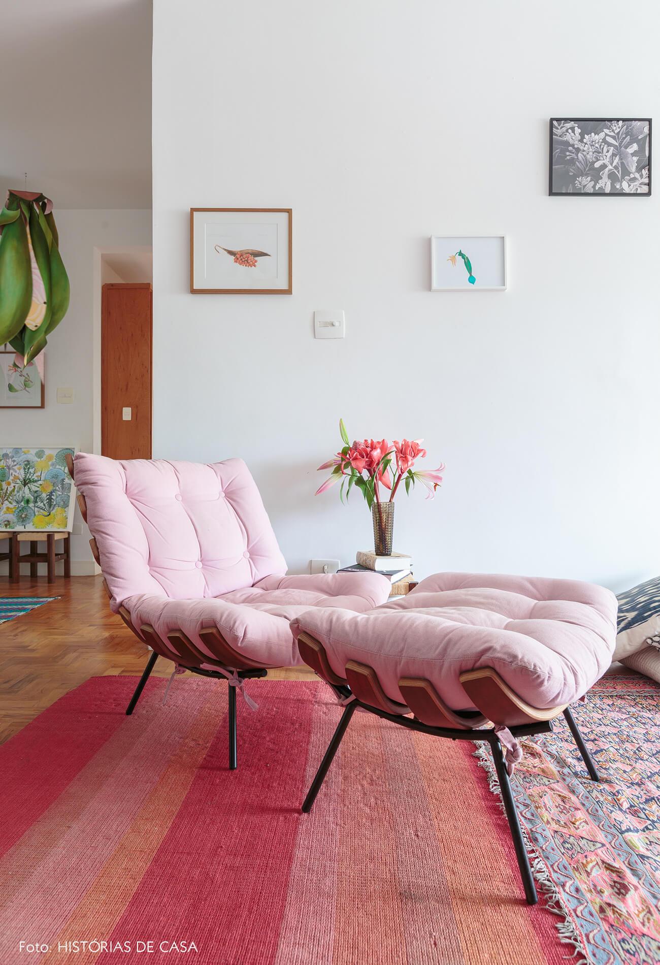 decoração sala com poltrona rosa