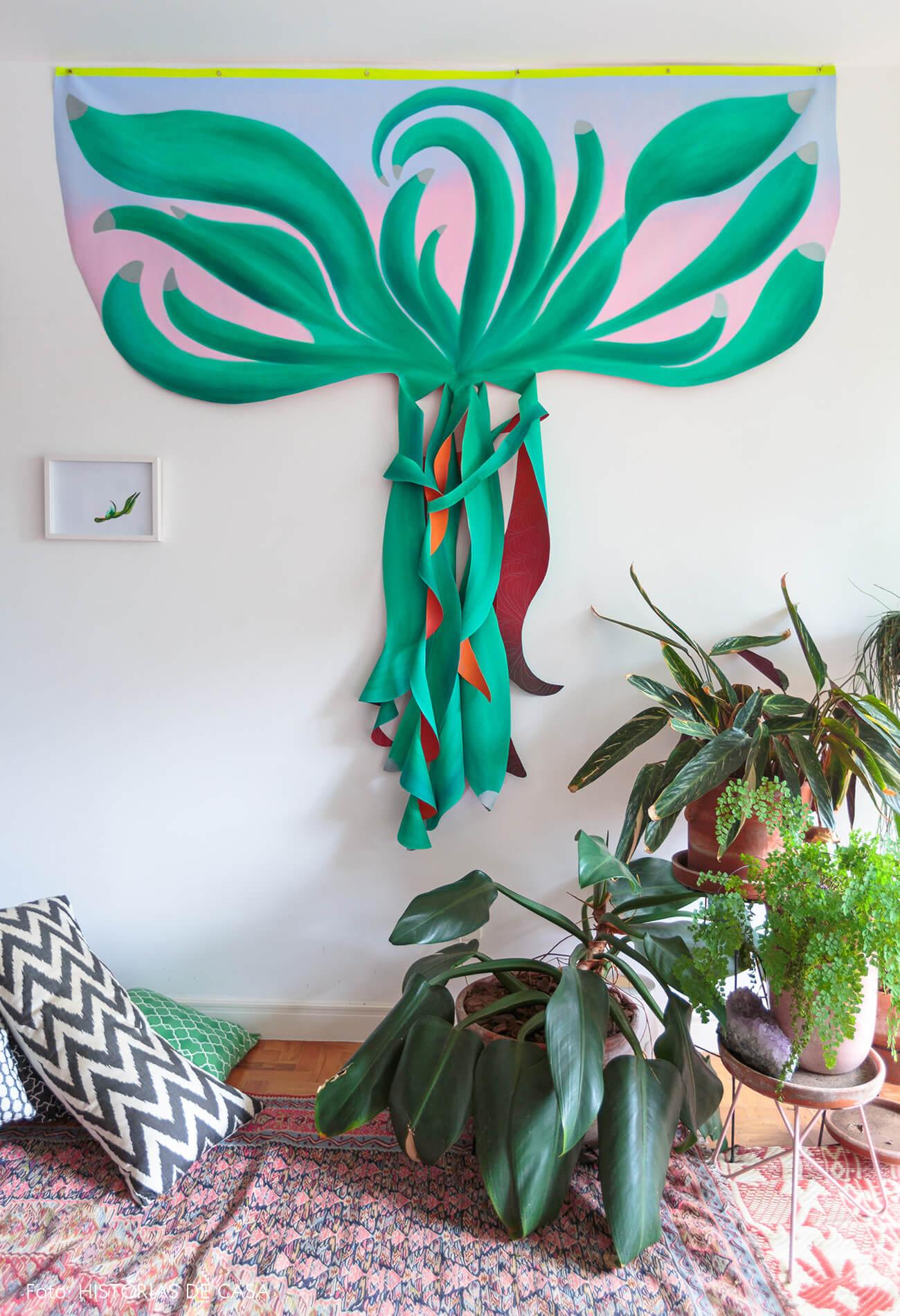 decoração sala com muitas plantas arte e almofadas