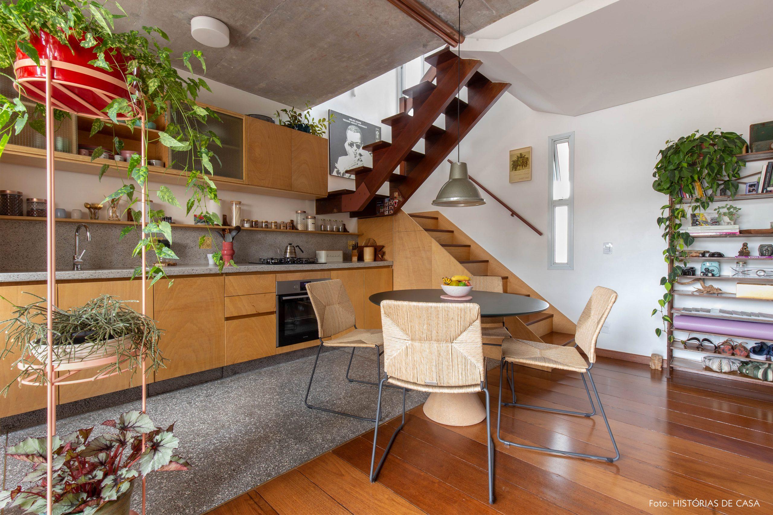 decoração cozinha com armarios e escada de madeira clara e cadeira de palha