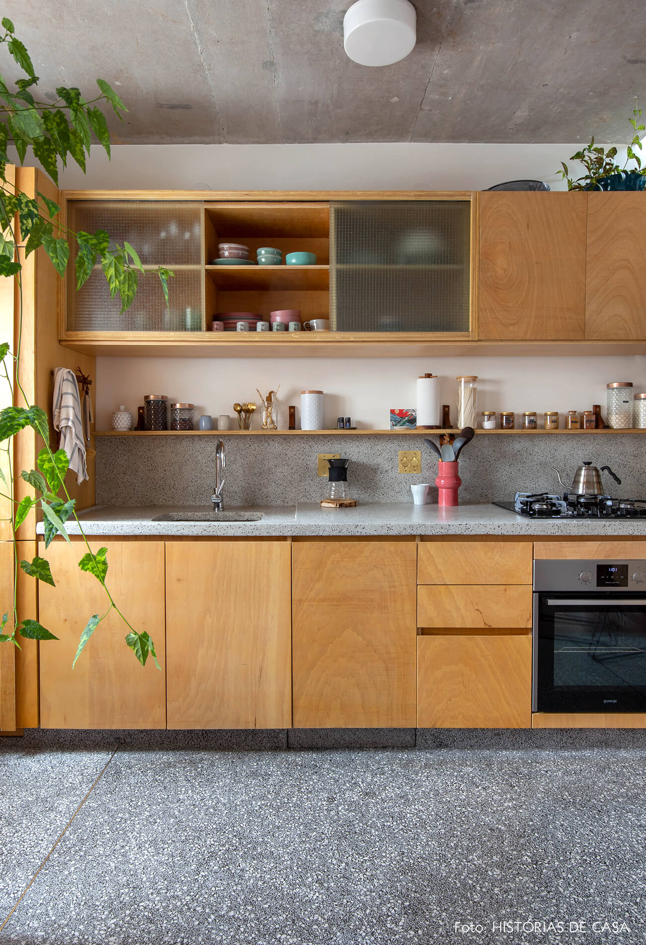 decoração cozinha com armarios de madeira clara