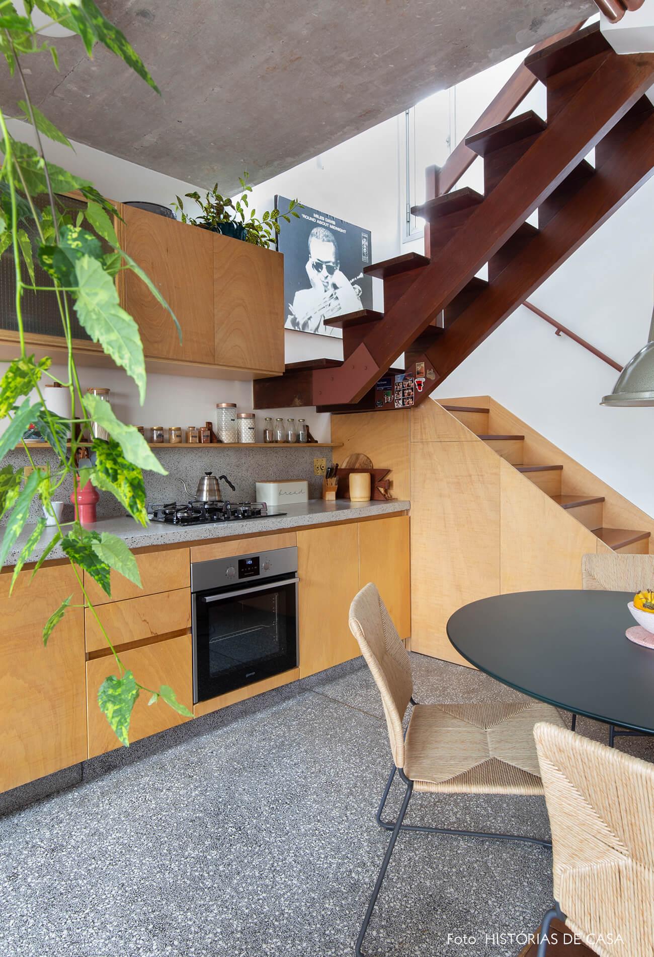 decoração cozinha com moveis de madeira e cadeira de palha