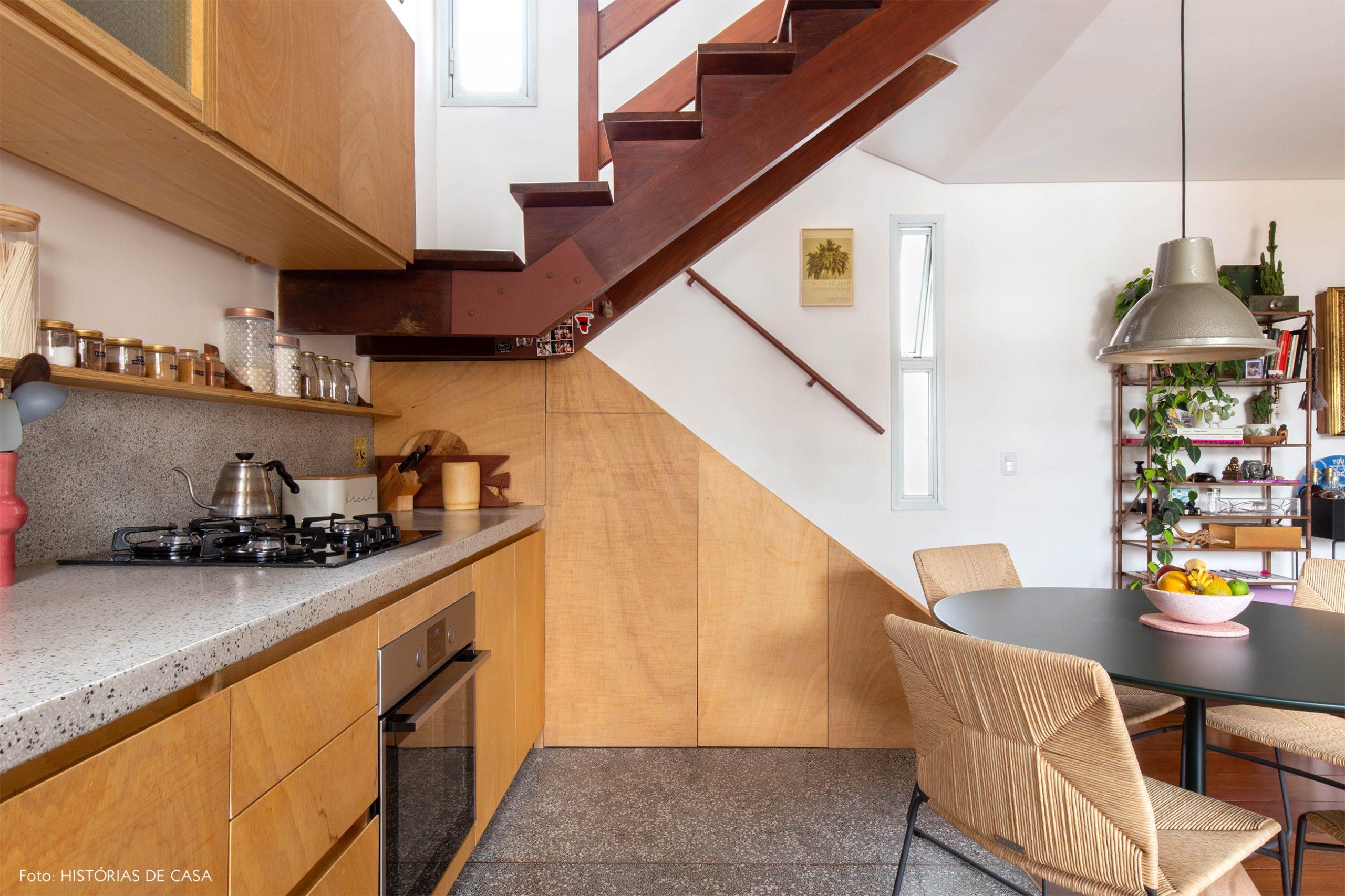 decoração cozinha com armarios e escada de madeira clara
