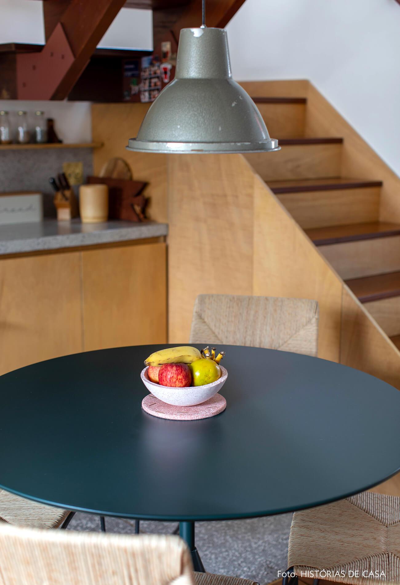 decoração cozinha com redonda escura e luminaria cinza