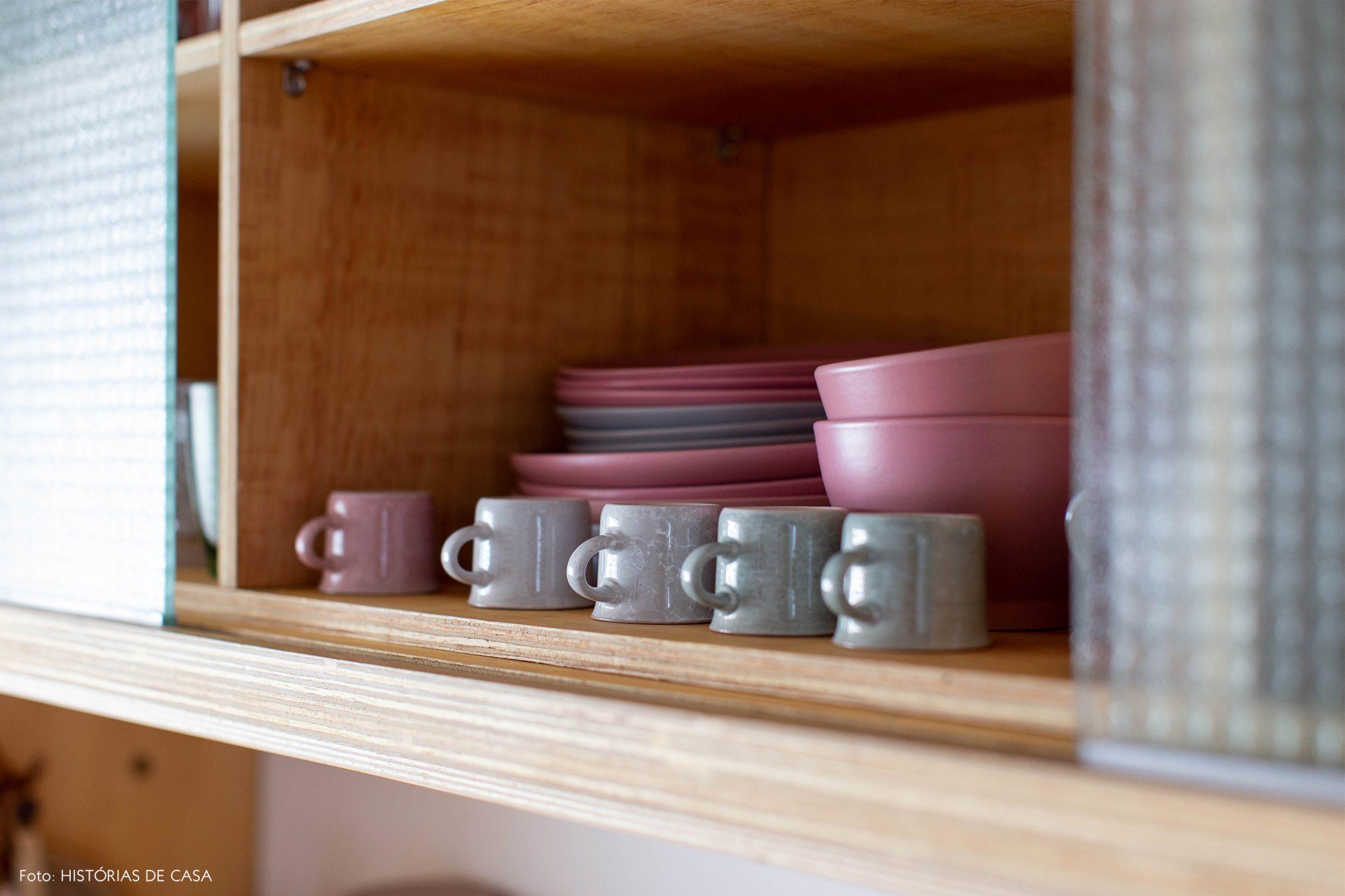 decoração cozinha canecas e pratos em armario de madeira