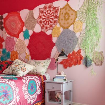 decoração quarto colorido com tapeçaria na parede rosa