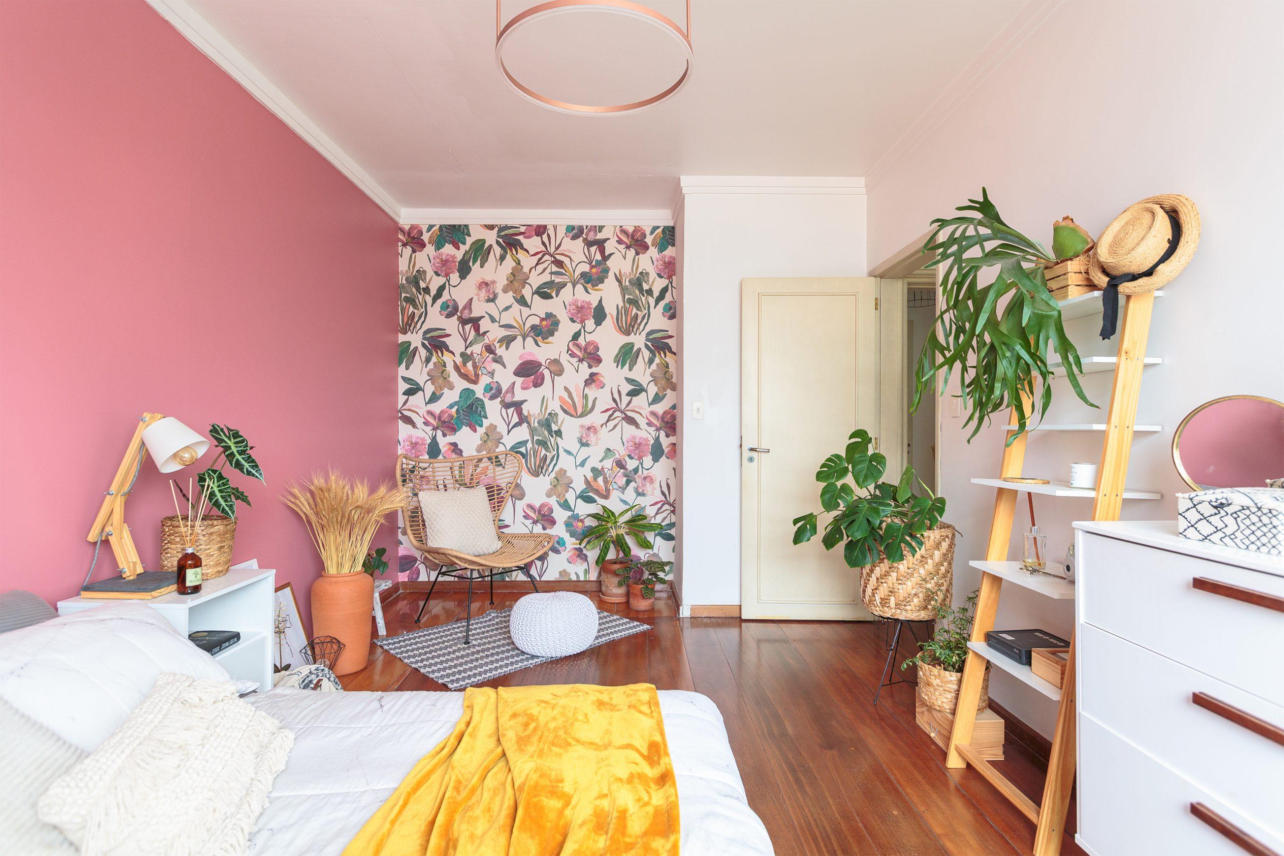 decoração quarto com parede rosa e papel de parede floral cestos e plantas