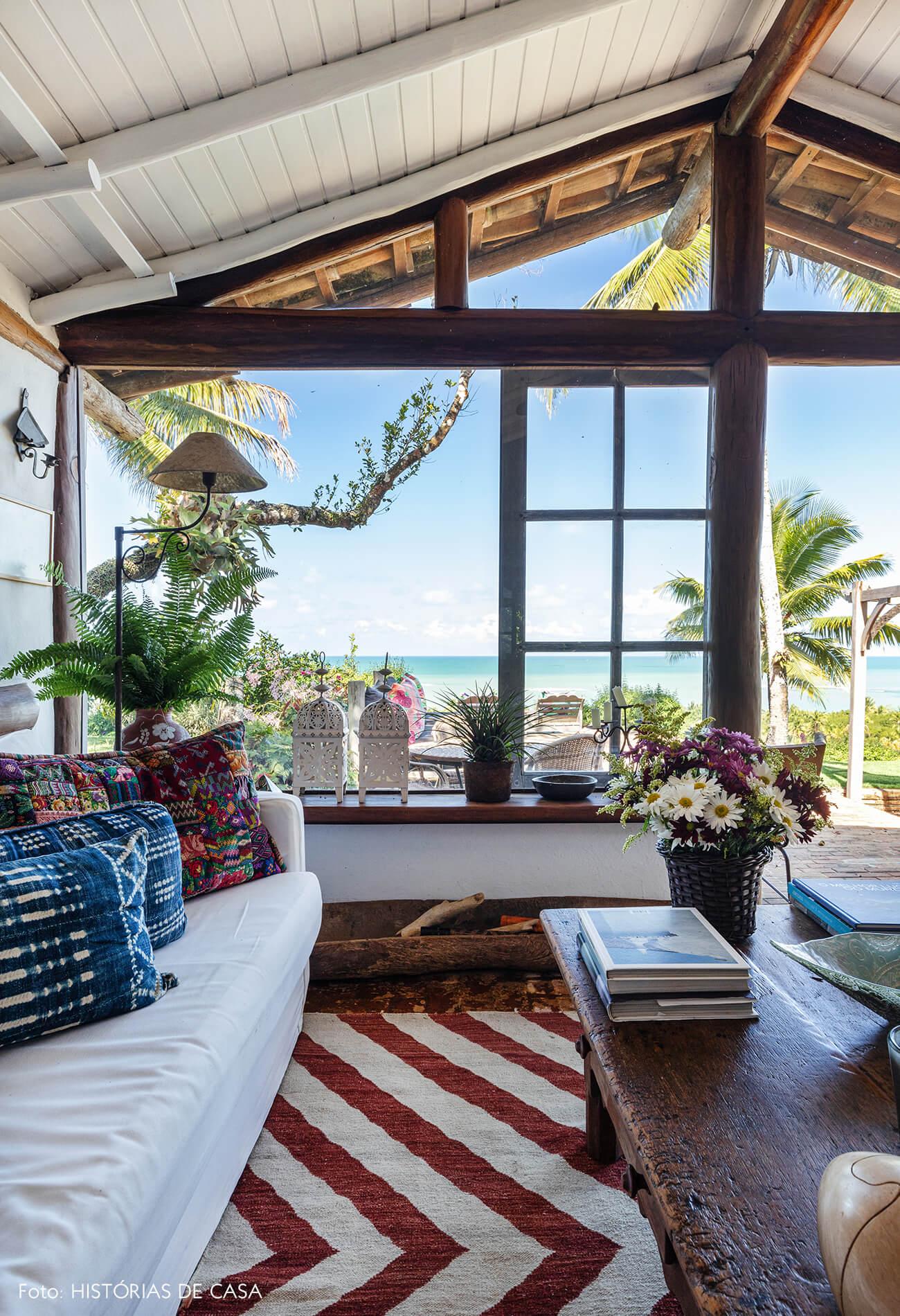 sala-janela-grnade-com-mesa-madeira-e-sofa-branco