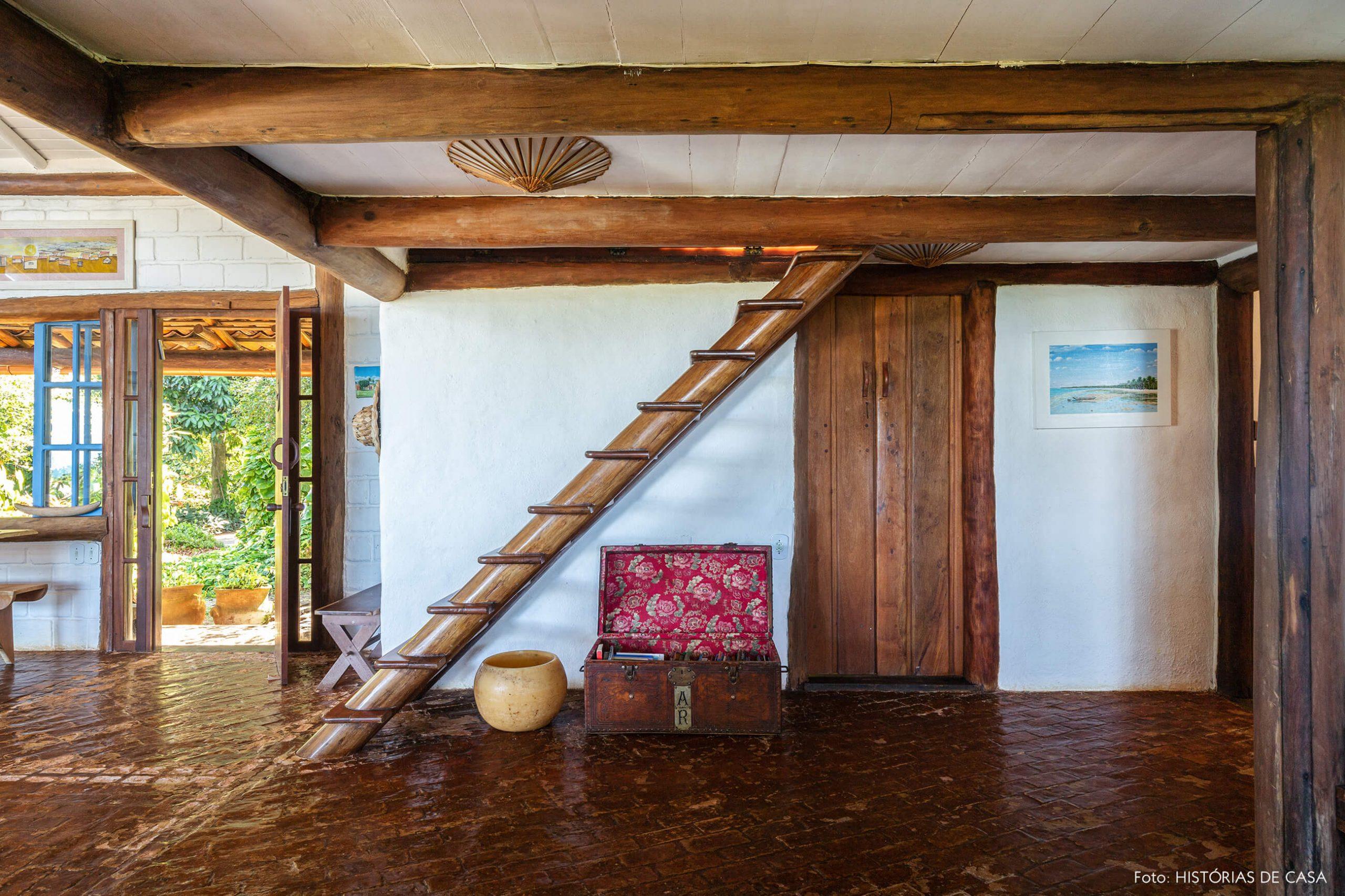 estrutura-de-madeira-e-bau-antigo