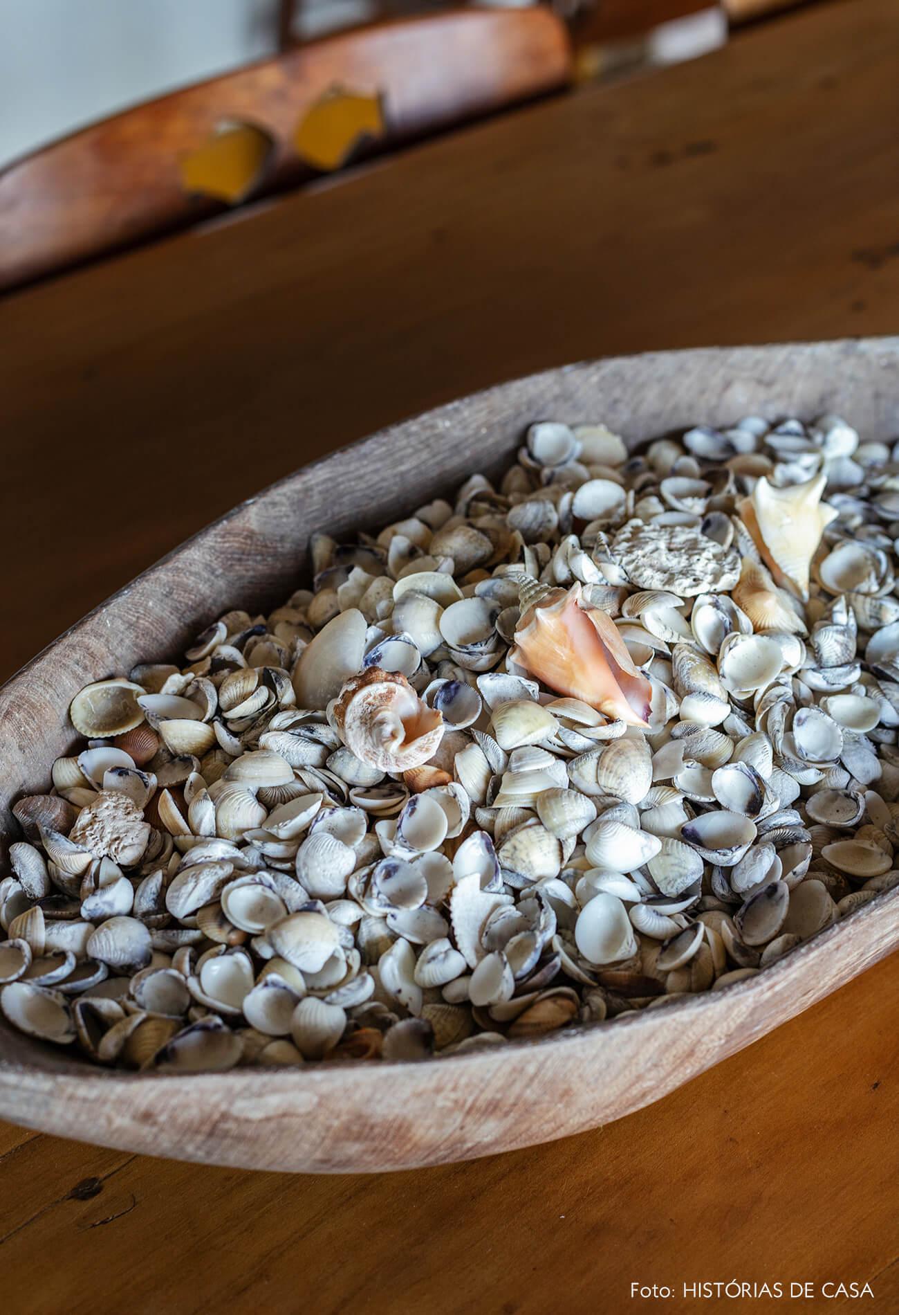detalhe-de-conchas-em-tigela-madeira