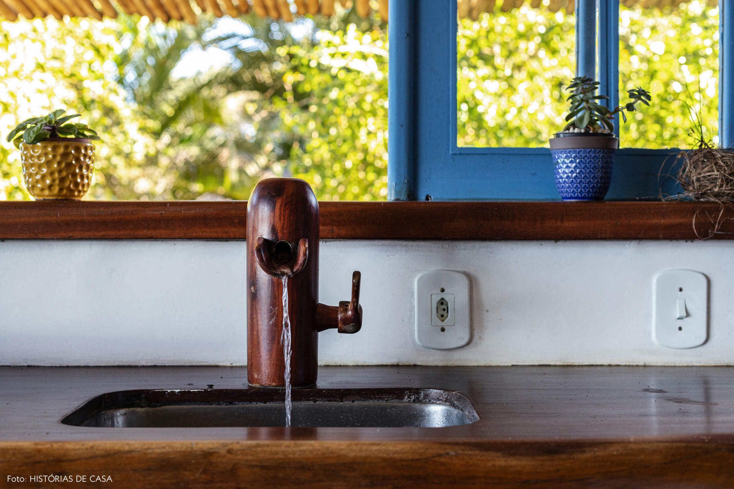 cozinha-com-torneira-de-madeira