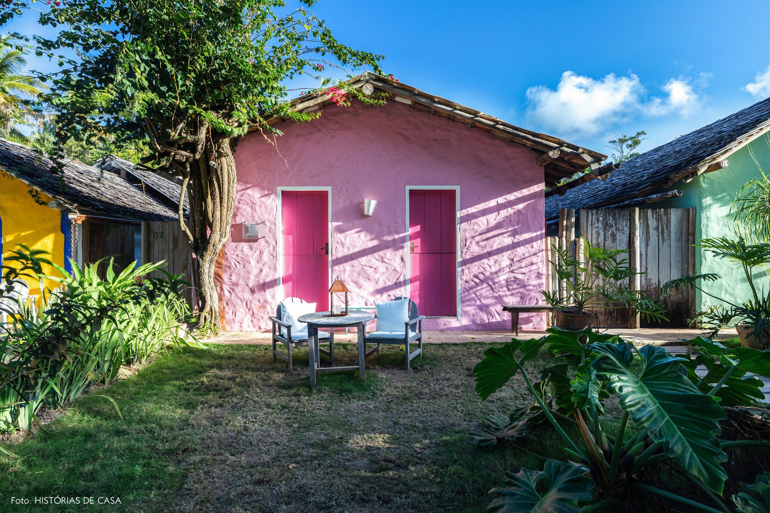 decoração Trancoso casa rosa e moveis de madeira