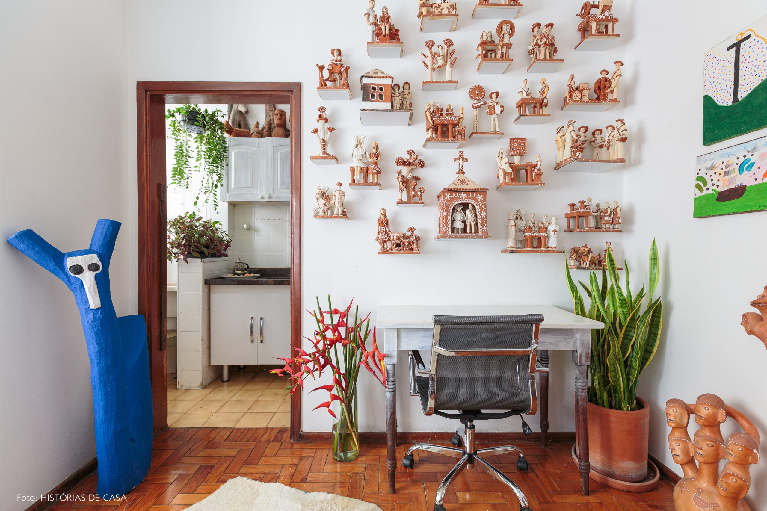 decoração home office com ceramicas e objeto de madeira decorativos