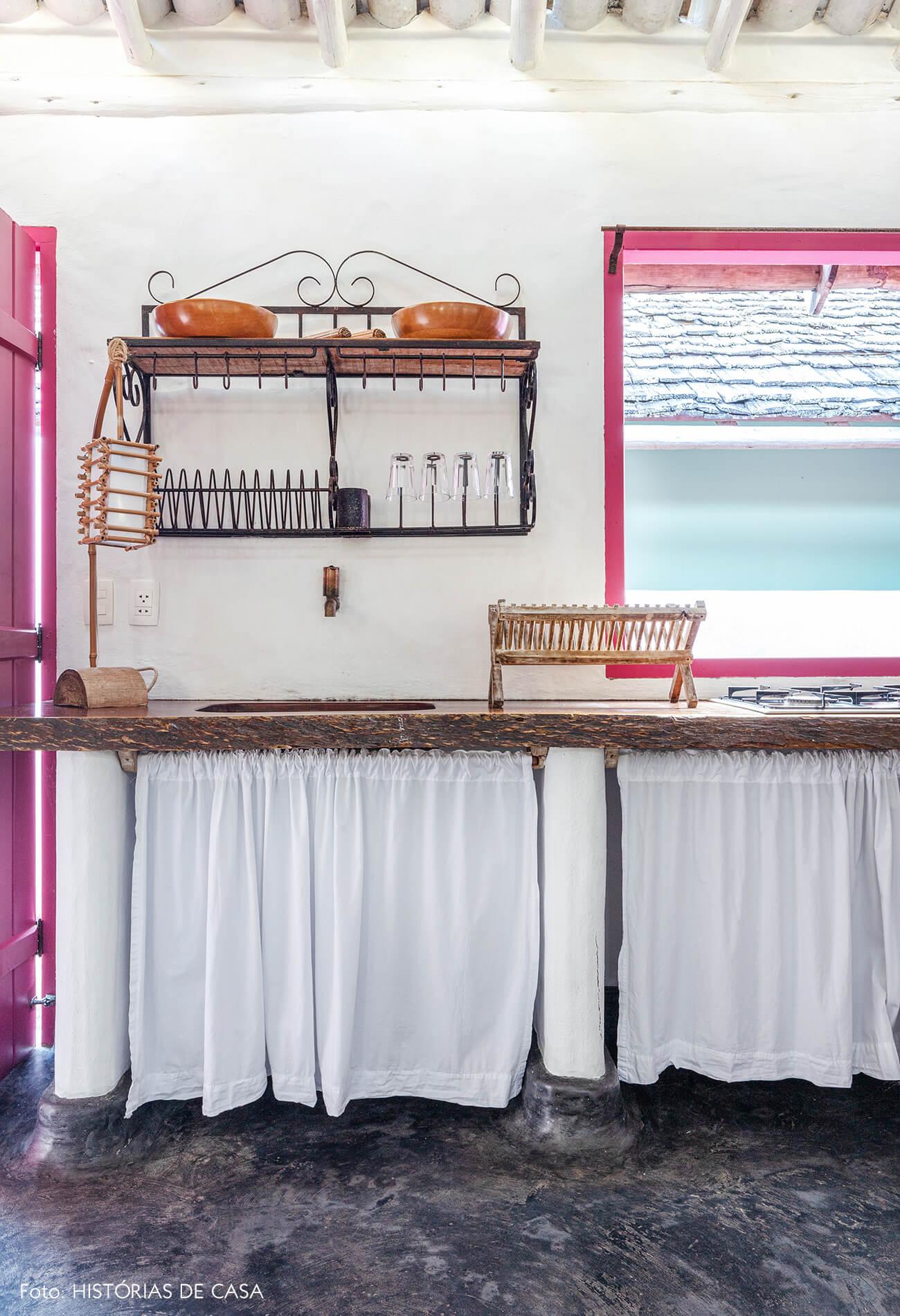 decoração Trancoso cozinha rustica com bancada de madeira e porta rosa