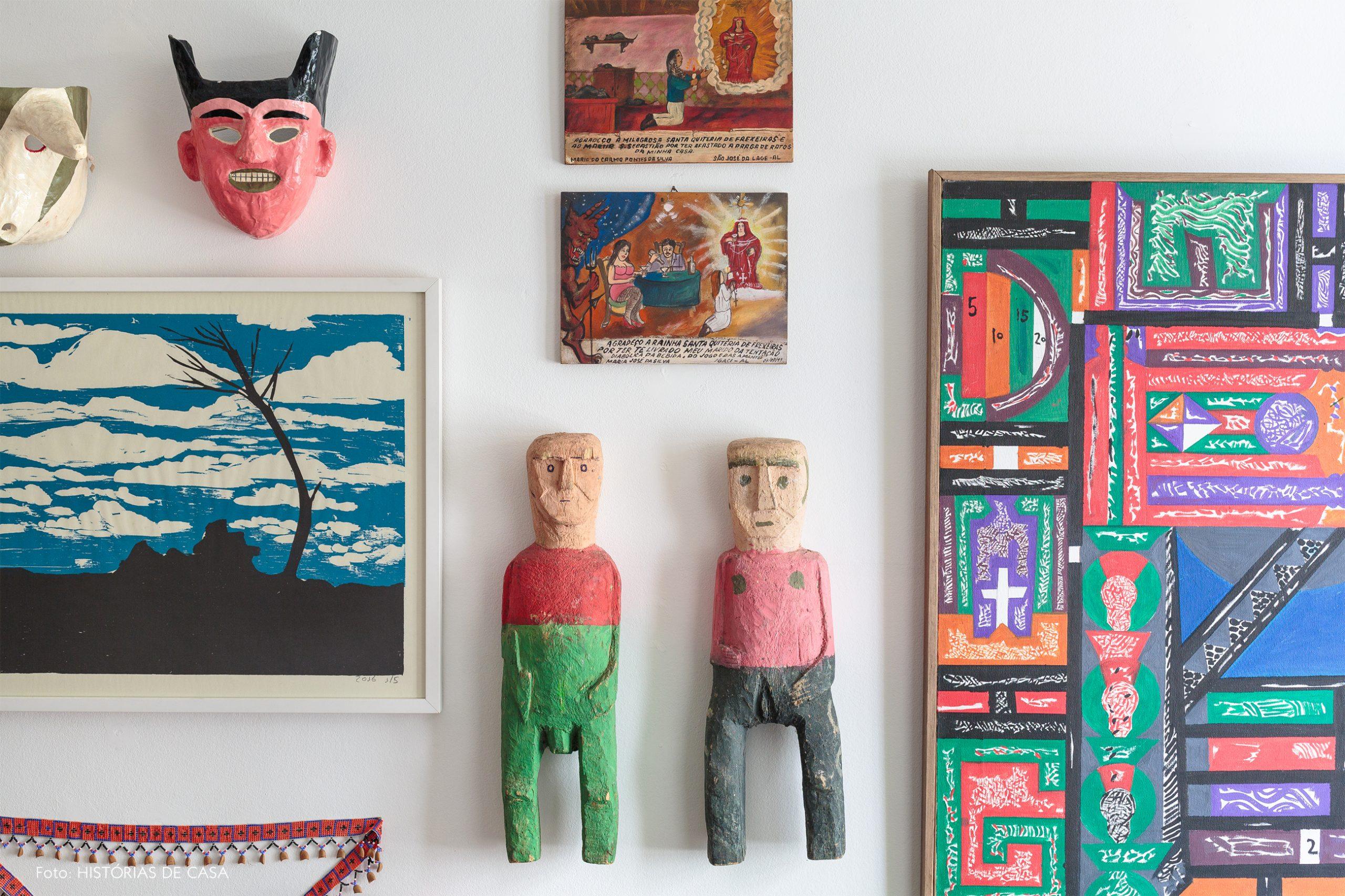decoração objetos de madeira e quadros coloridos