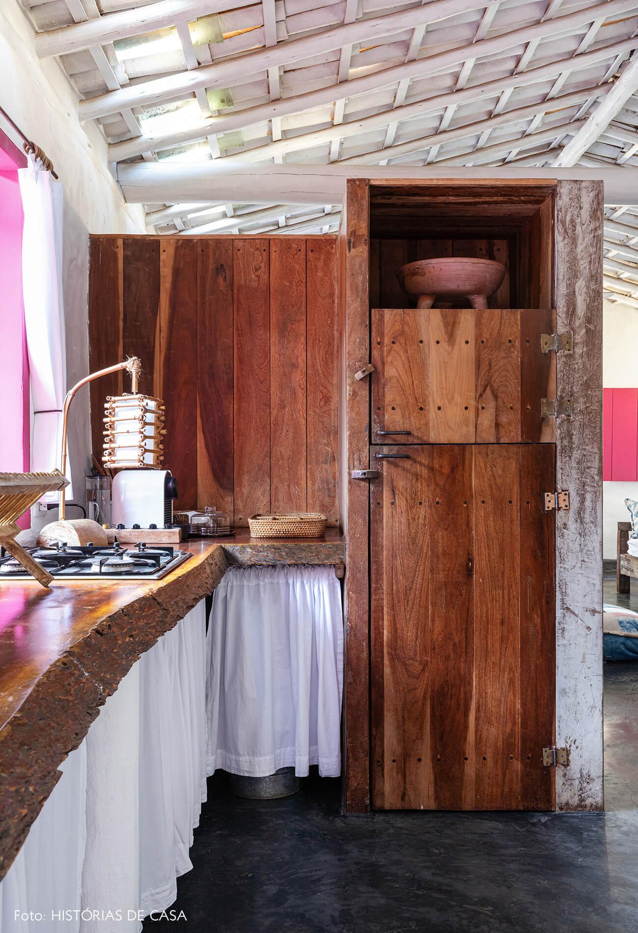 decoração Trancoso cozinha rustica com armários de madeira