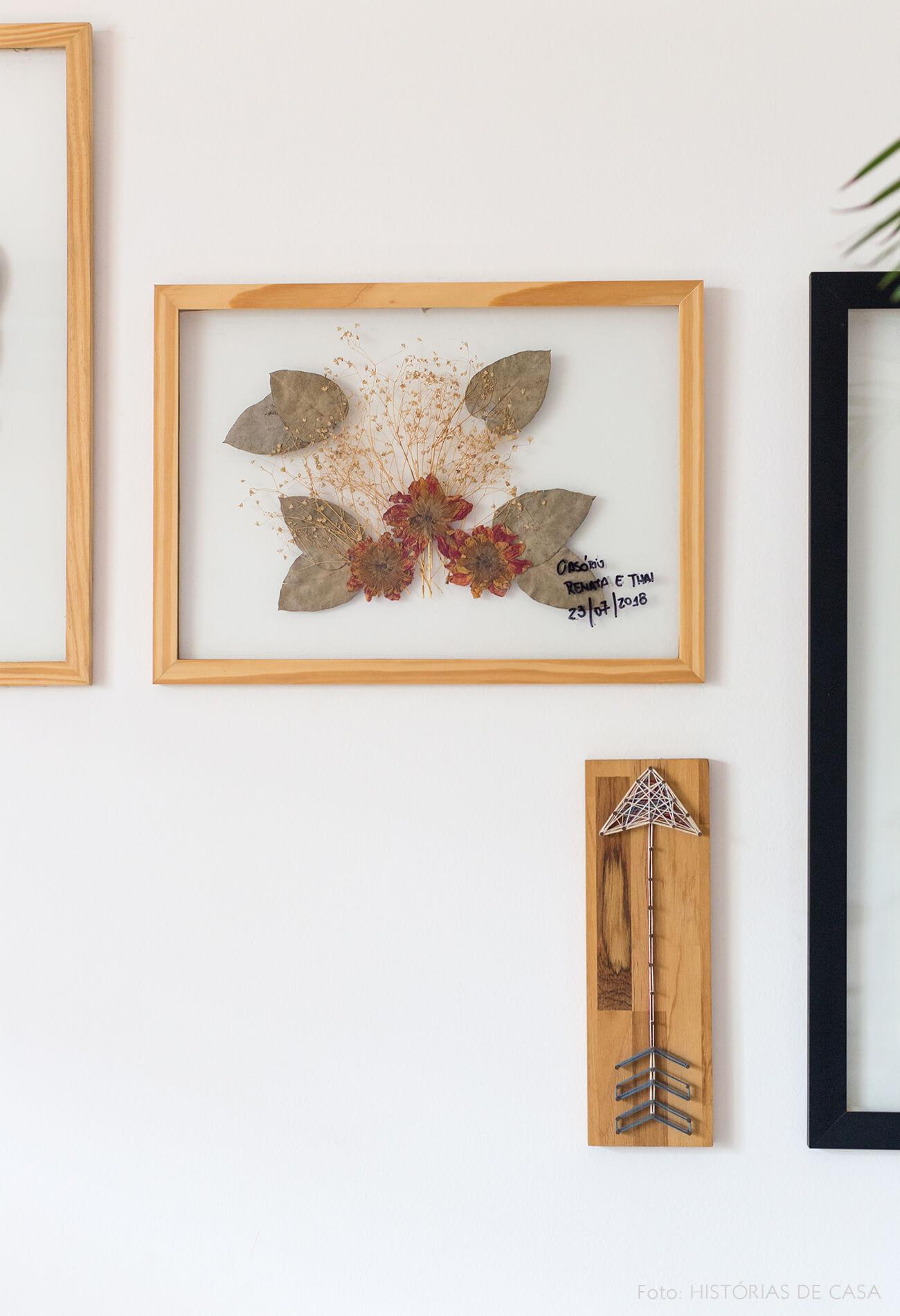 decoração quadros de folhas secas e moldura de madeira clara