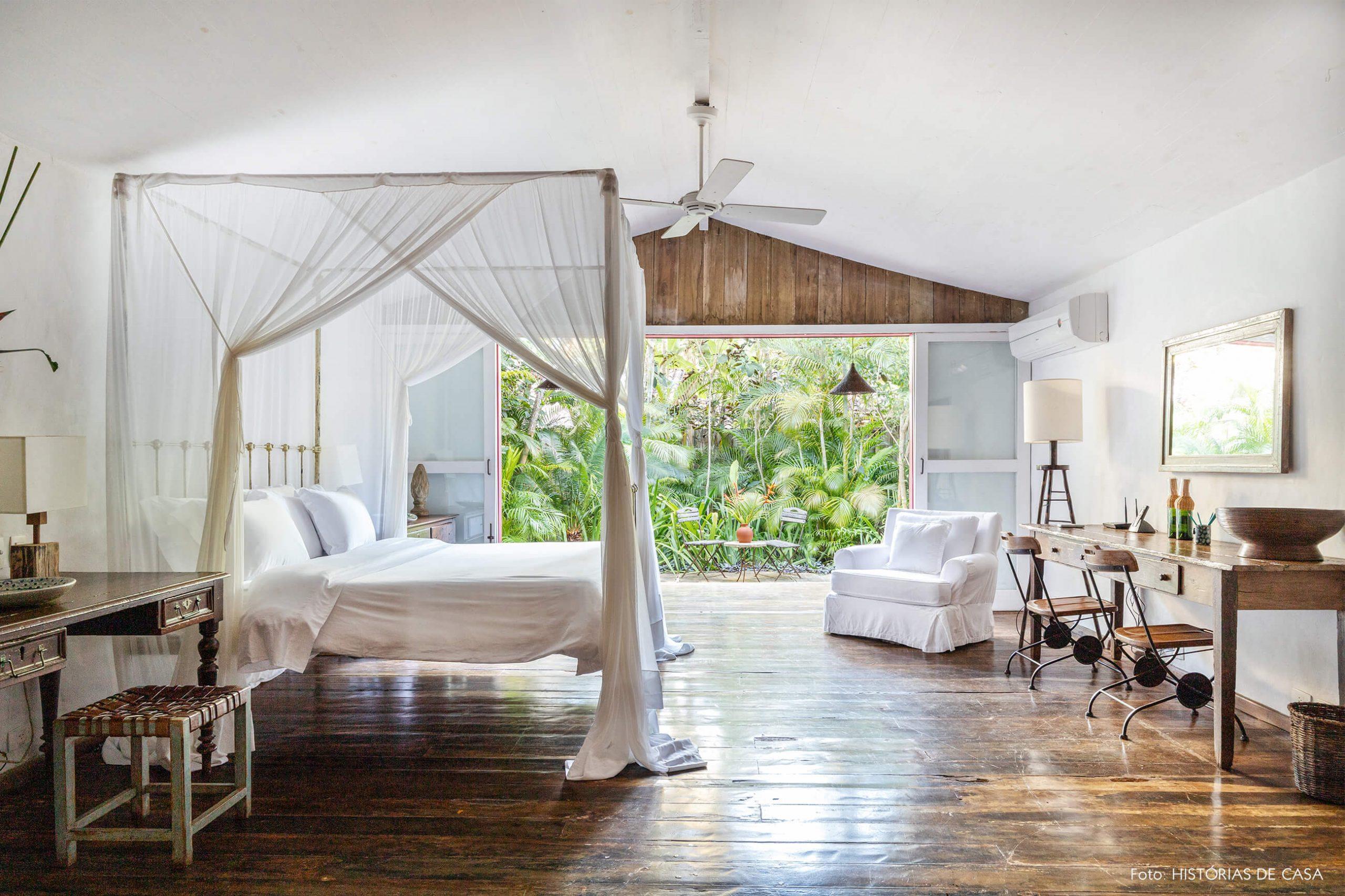 decoração Trancoso quarto com moveis de madeira cama com tenda branca e varanda