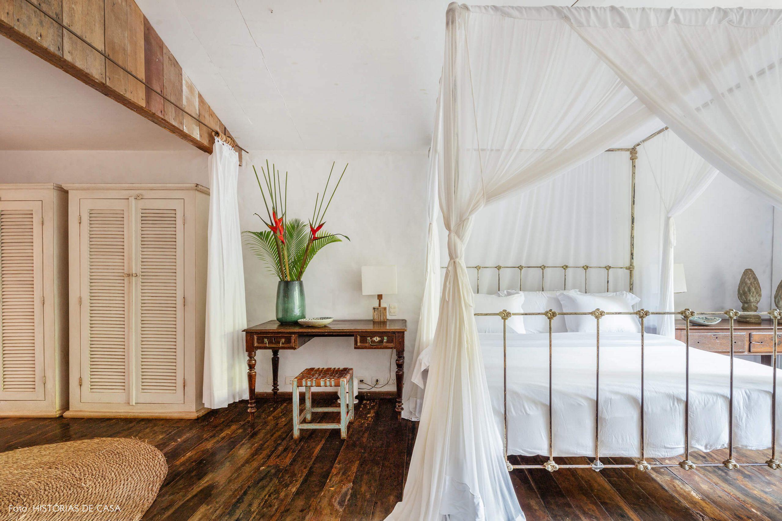 decoração Trancoso quarto com moveis de madeira e cama com tenda branca