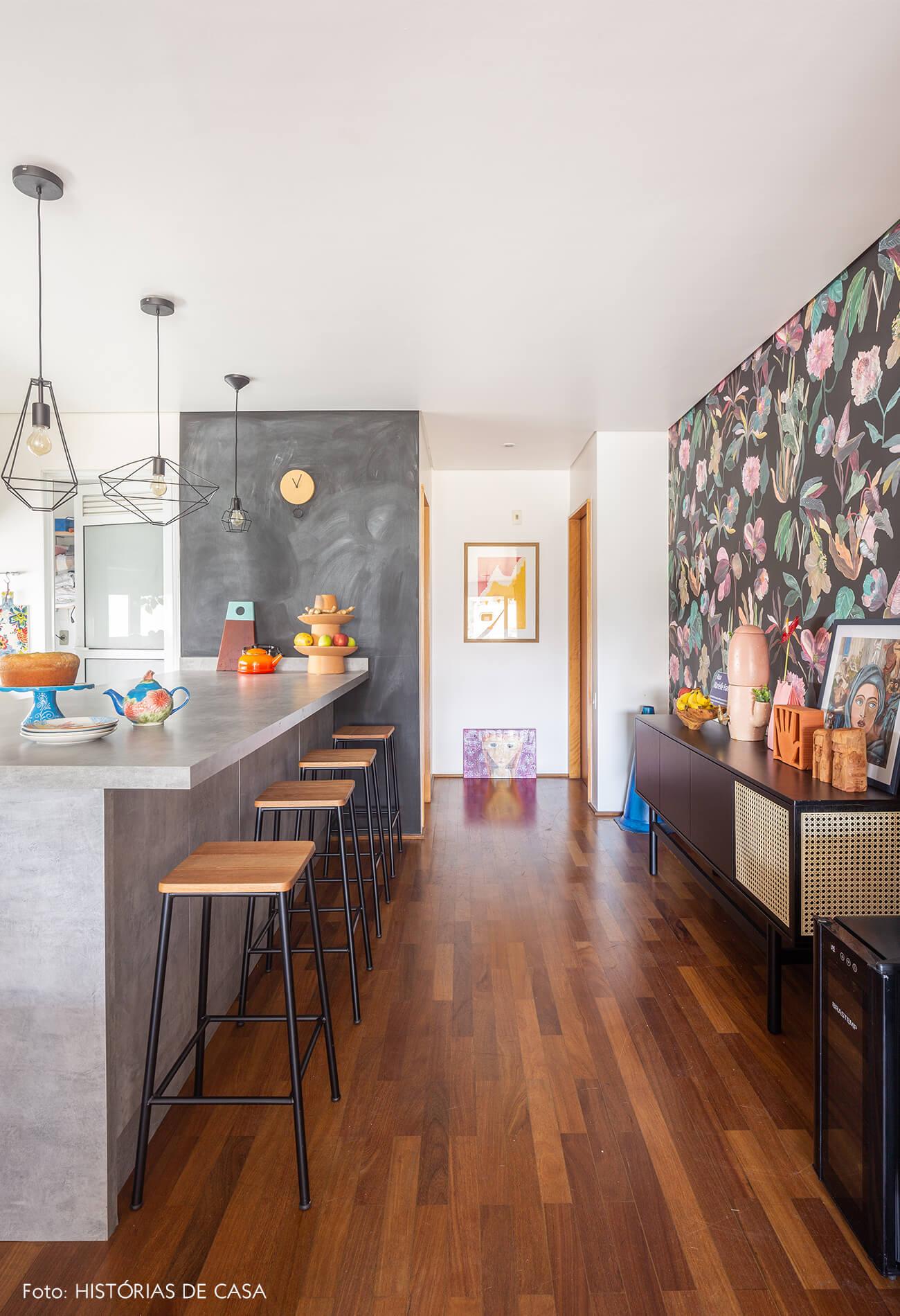 decoração cozinha com bancada de concreto e hall com papel de parede floral