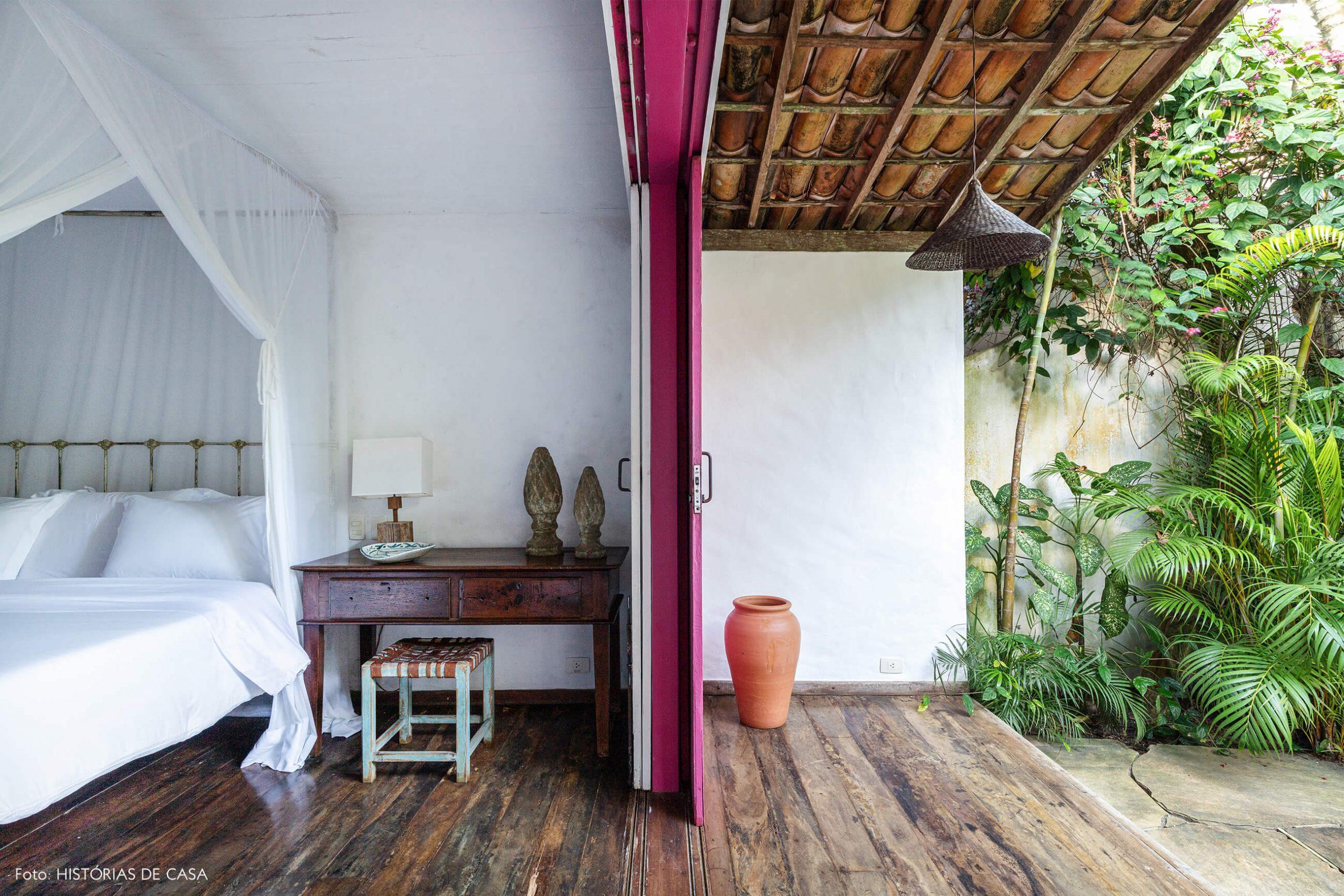 decoração Trancoso quarto com varanda porta rosa e muitas plantas