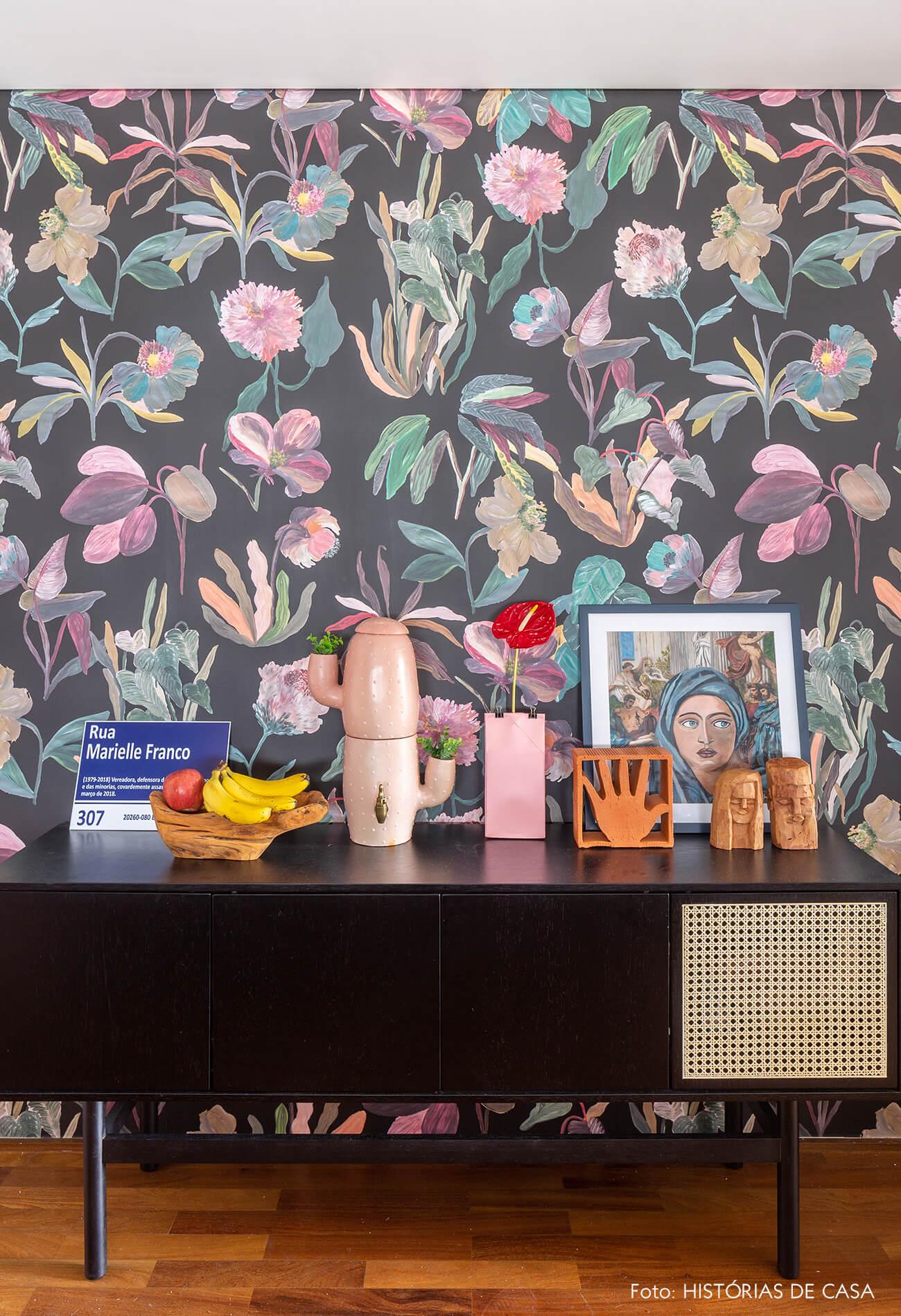 decoração hall com papel de parede floral e buffet preto