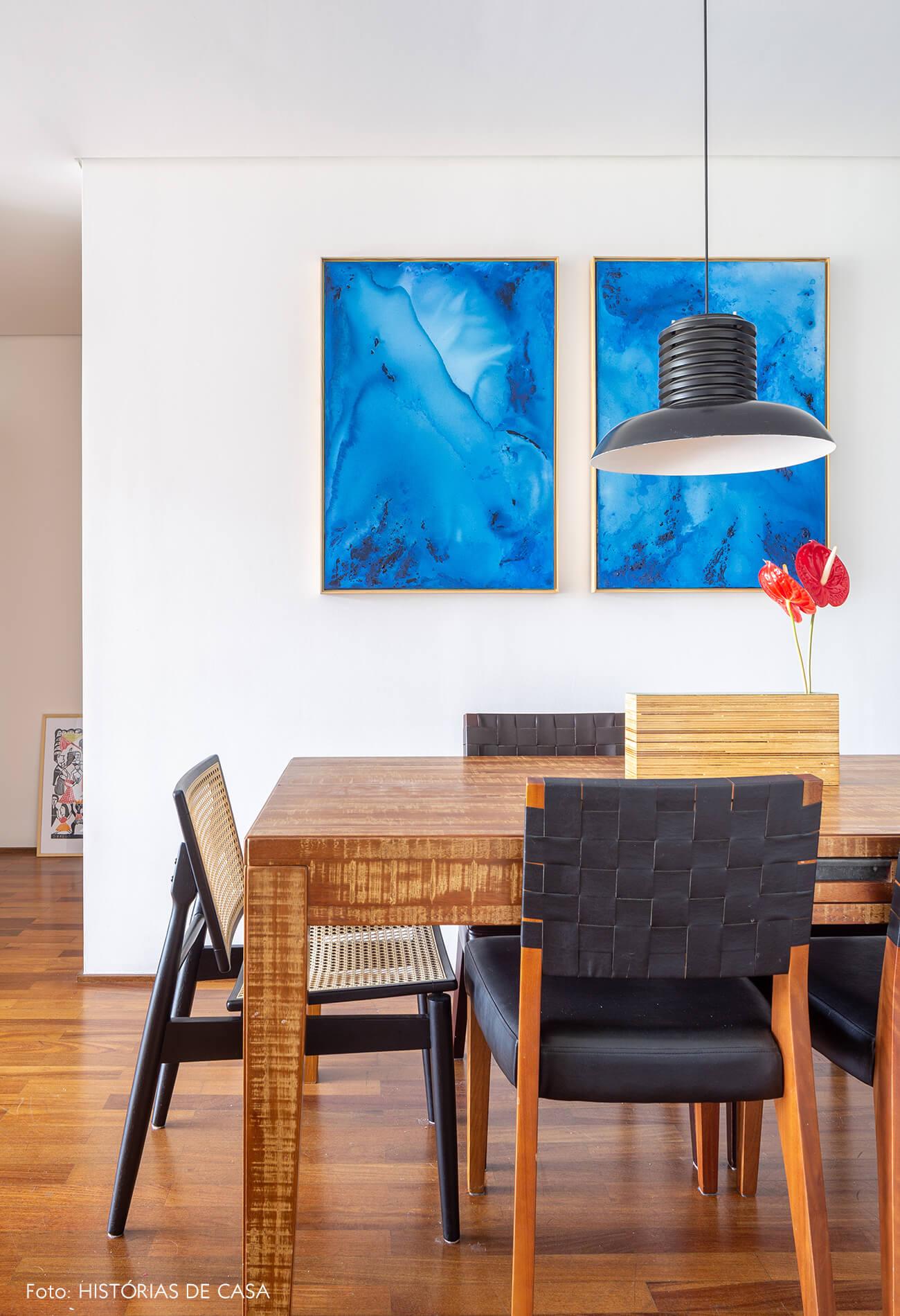 decoração sala jantar com mesa de madeira e cadeira palhinha