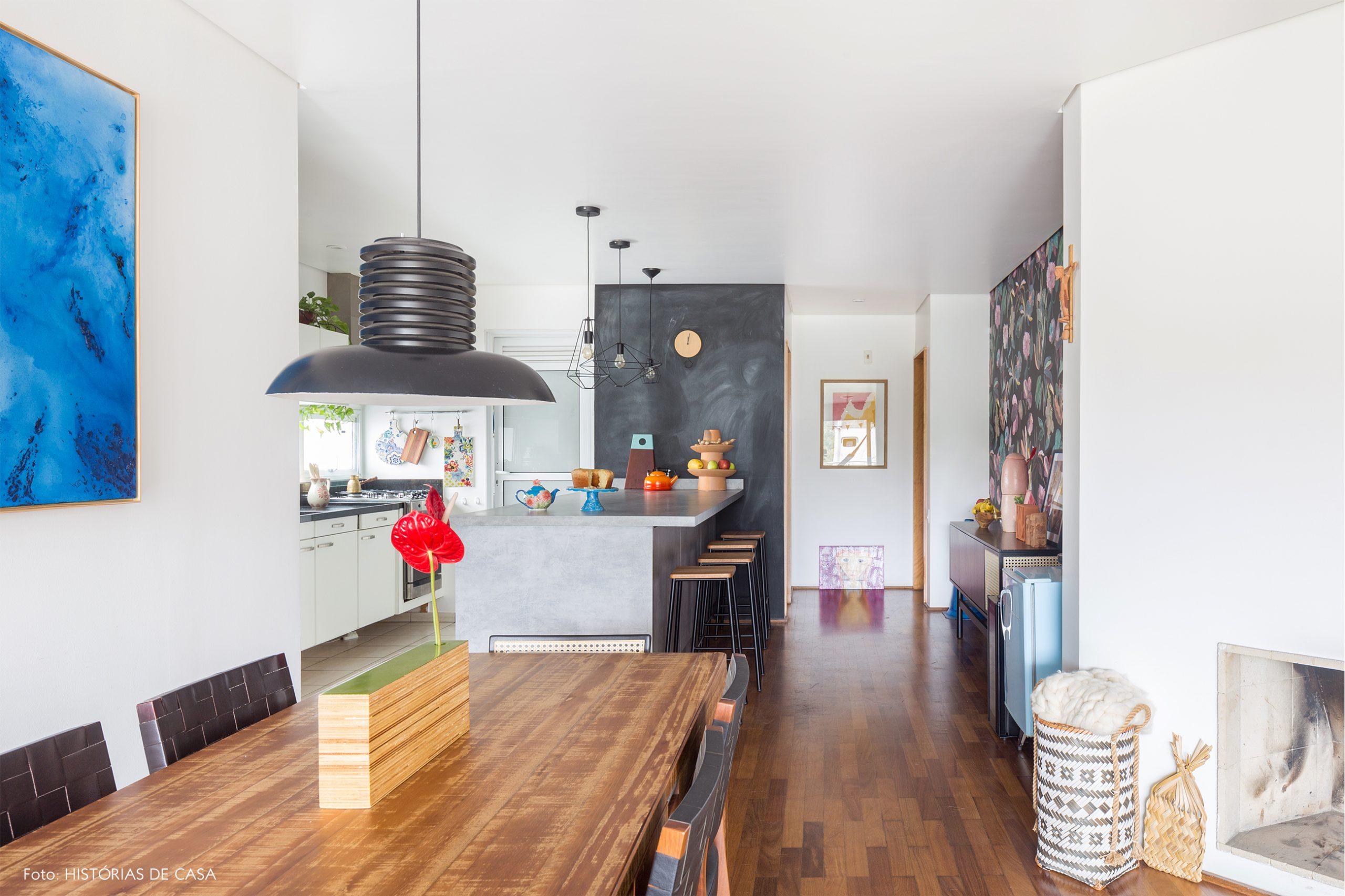 decoração cozinha sala jantar com mesa de madeira cesto e parede de lousa