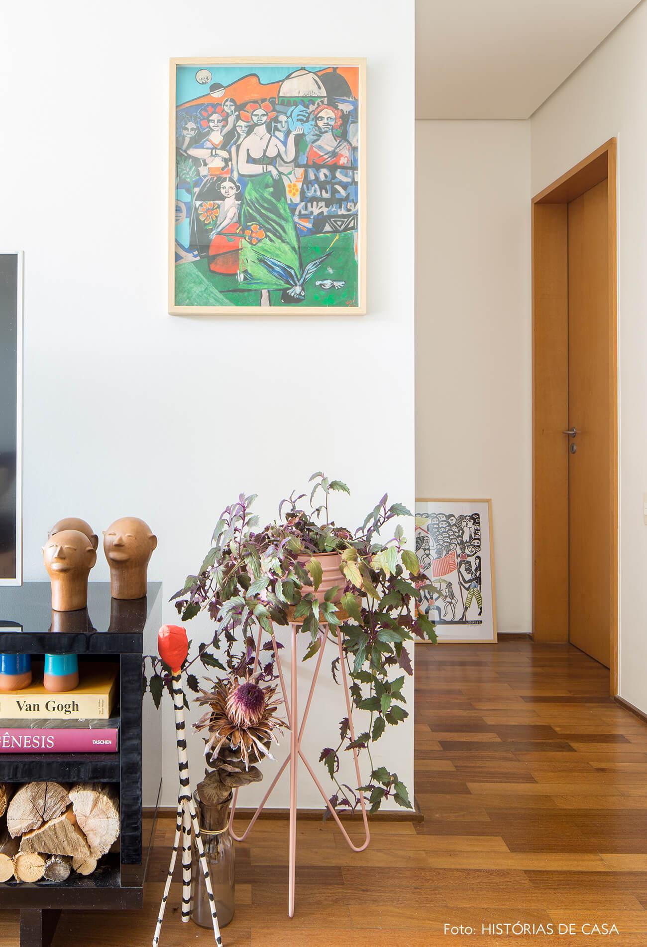 decoração sala cabeças de argilas em aparador preto e plantas