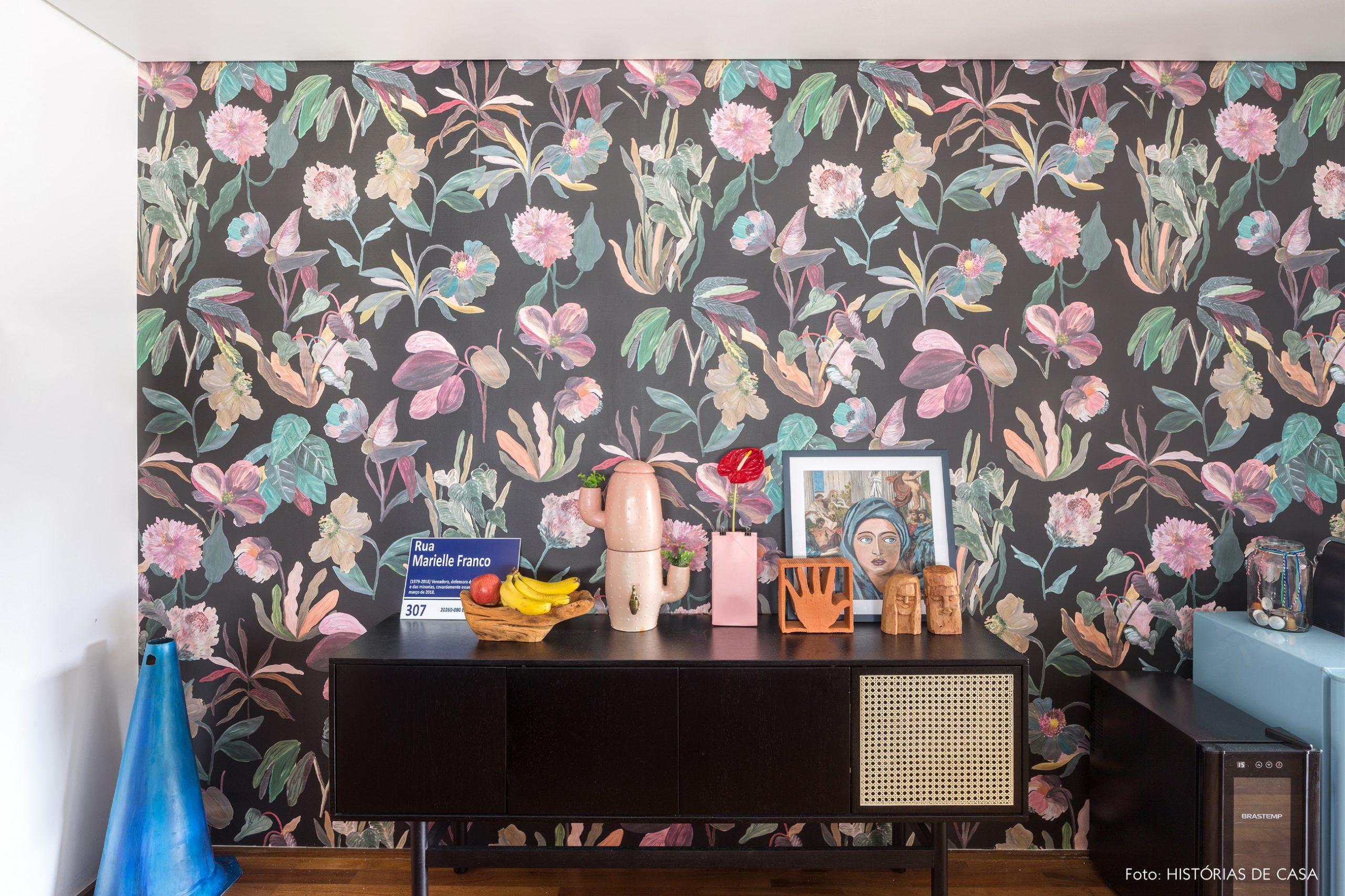 decoração hall com papel de parede florido e buffet preto