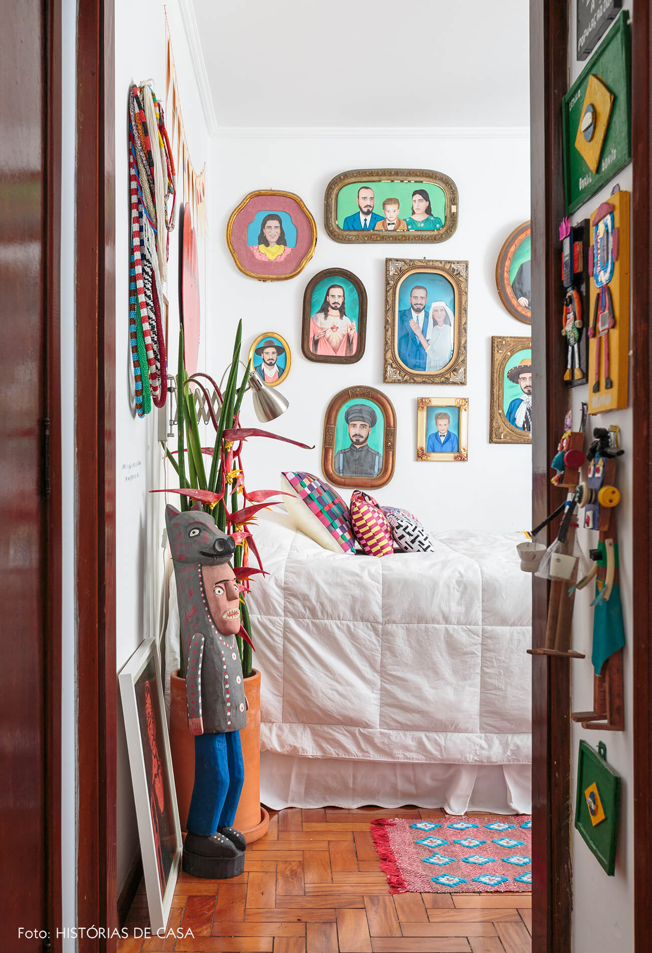 decoração quarto colorido com muitos quadros e objetos de madeira
