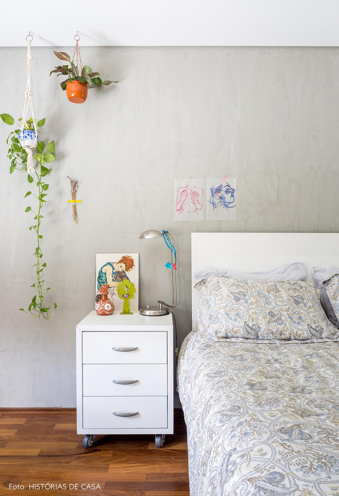 decoração quarto com parede cinza e plantas penduradas